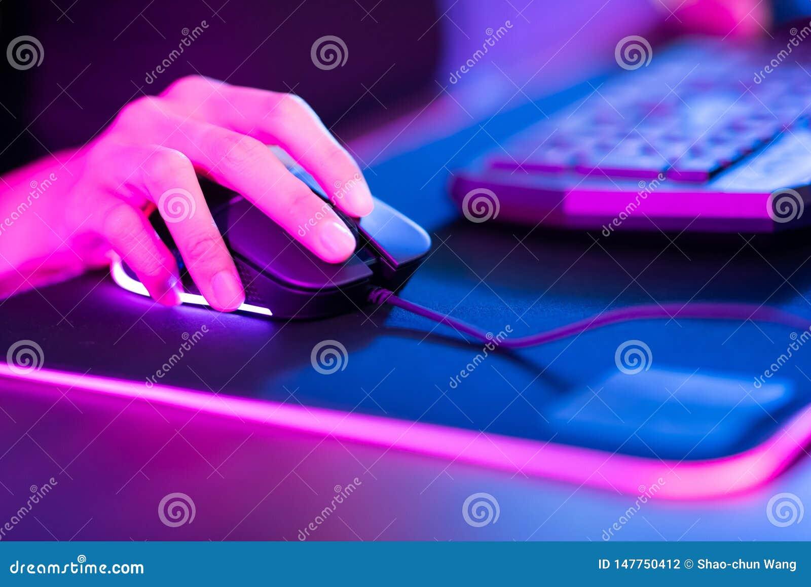 网络体育游戏玩家点击老鼠