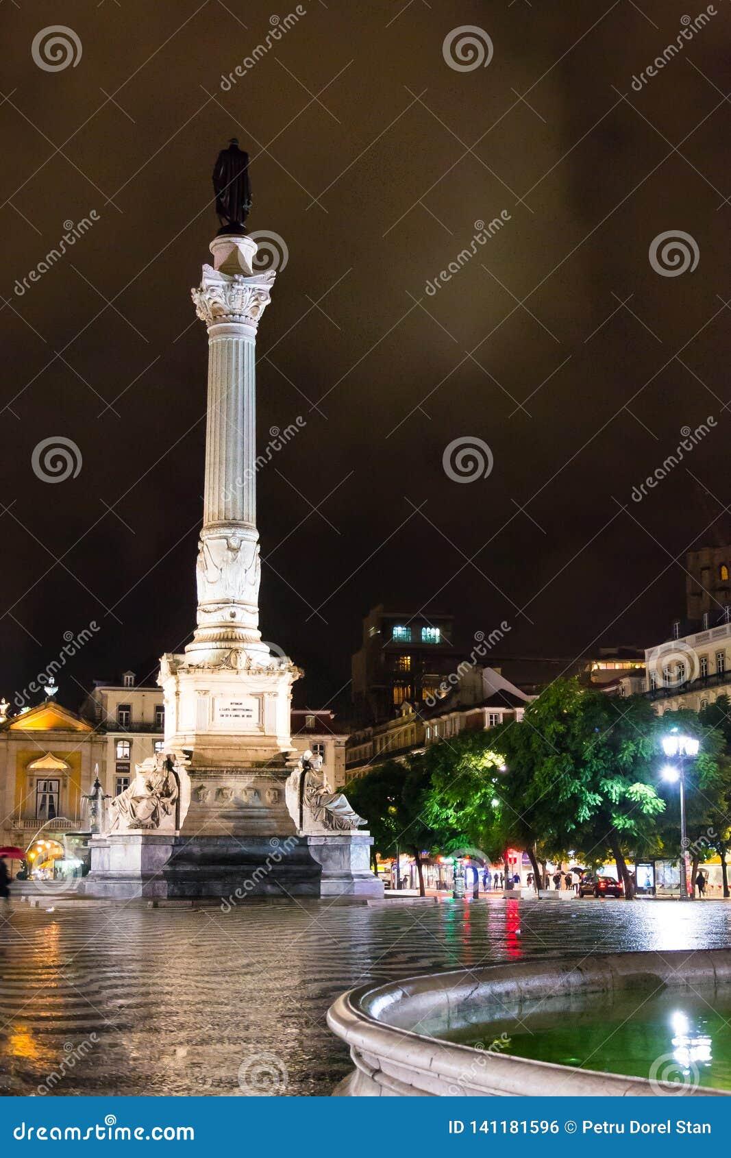 罗西乌广场,里斯本,有它的装饰喷泉之一的葡萄牙夜景和佩德罗的专栏IV