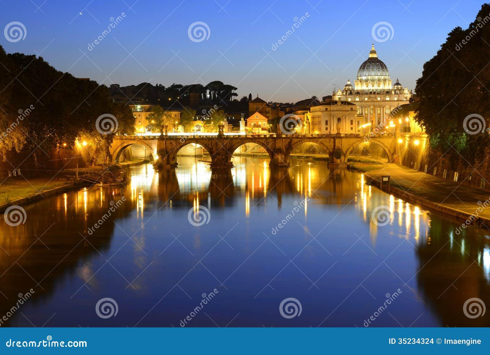 罗马、意大利、Basilica di圣彼得罗和Sant安吉洛桥梁在晚上