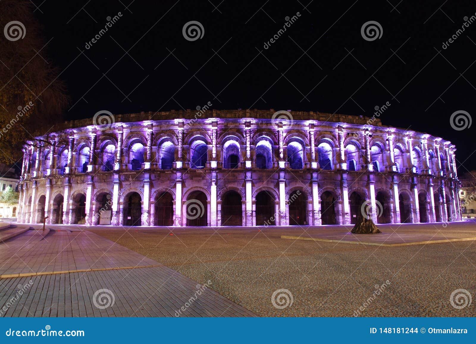 罗马圆形剧场在尼姆在晚上被照亮的法国