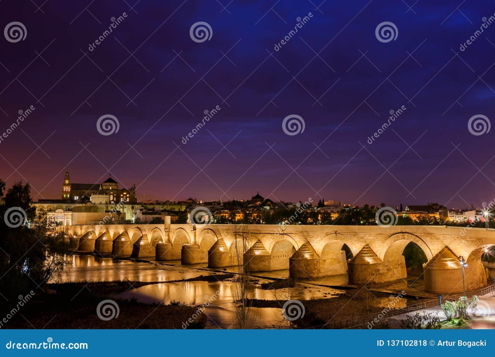 罗马桥梁在科多巴在晚上
