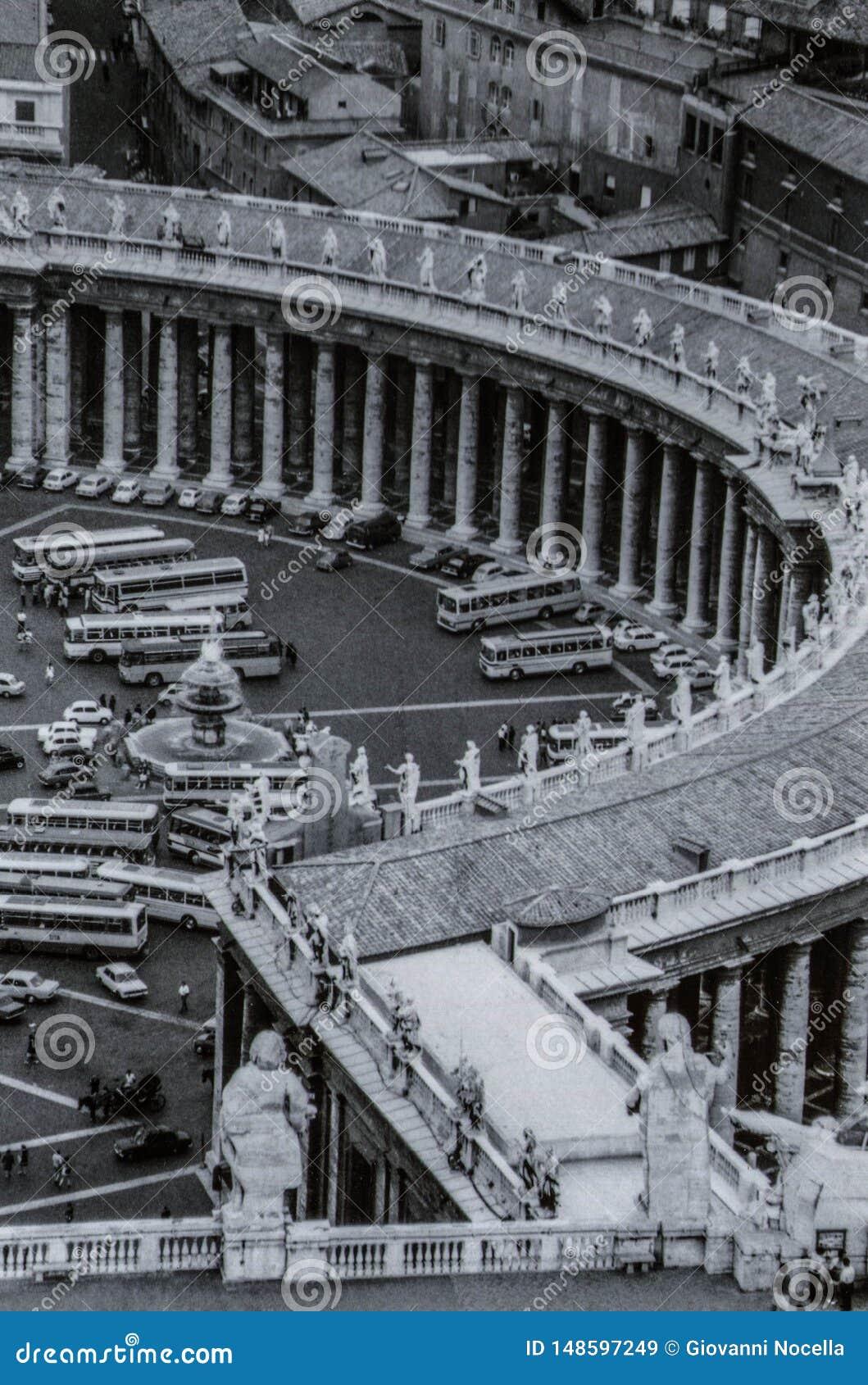 罗马,意大利,1970年-游览车和汽车在广场前面驻防圣彼得罗岛柱廊