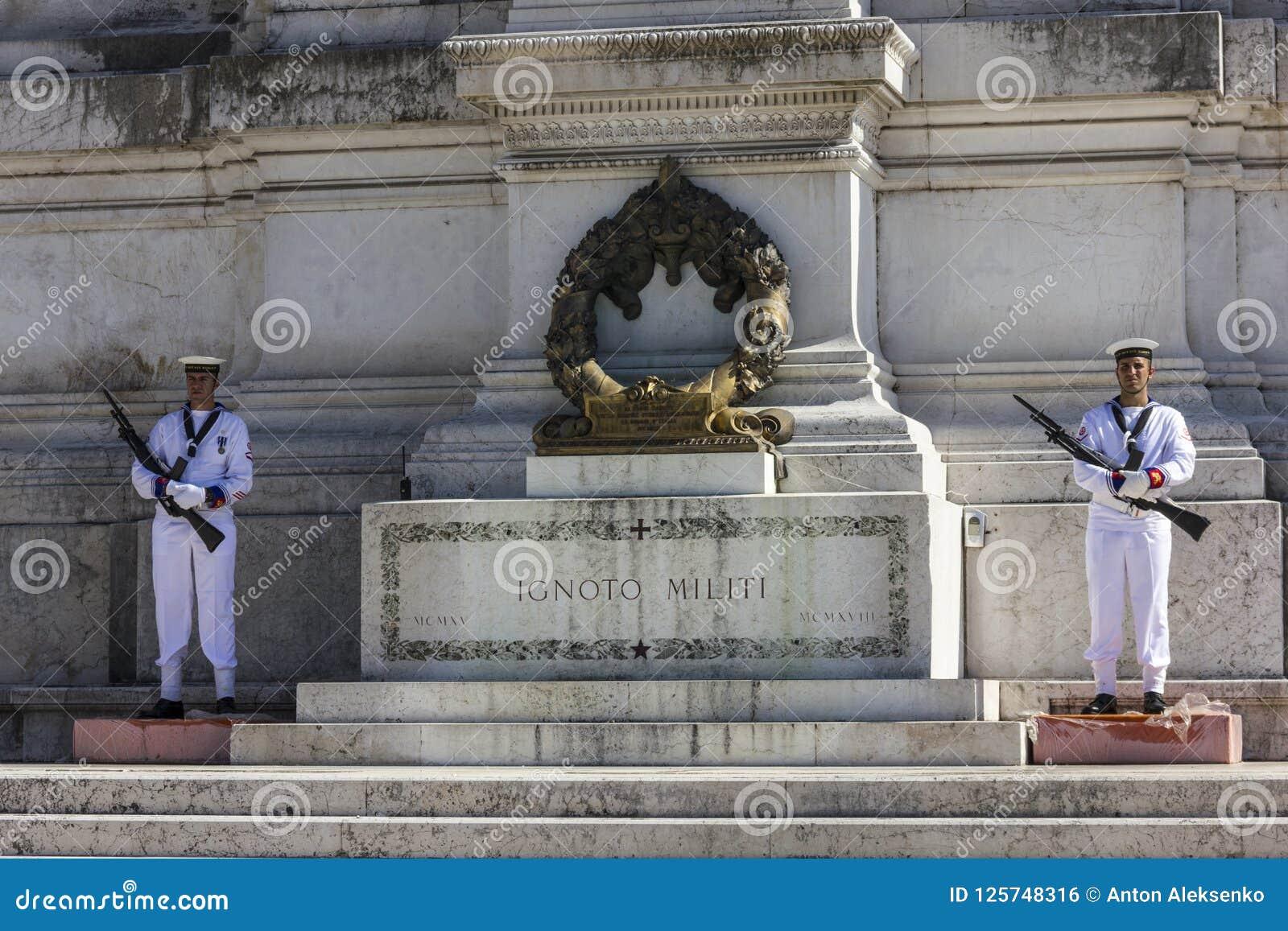 罗马/意大利- 2018年8月24日:无名英雄墓的仪仗队祖国的法坛的