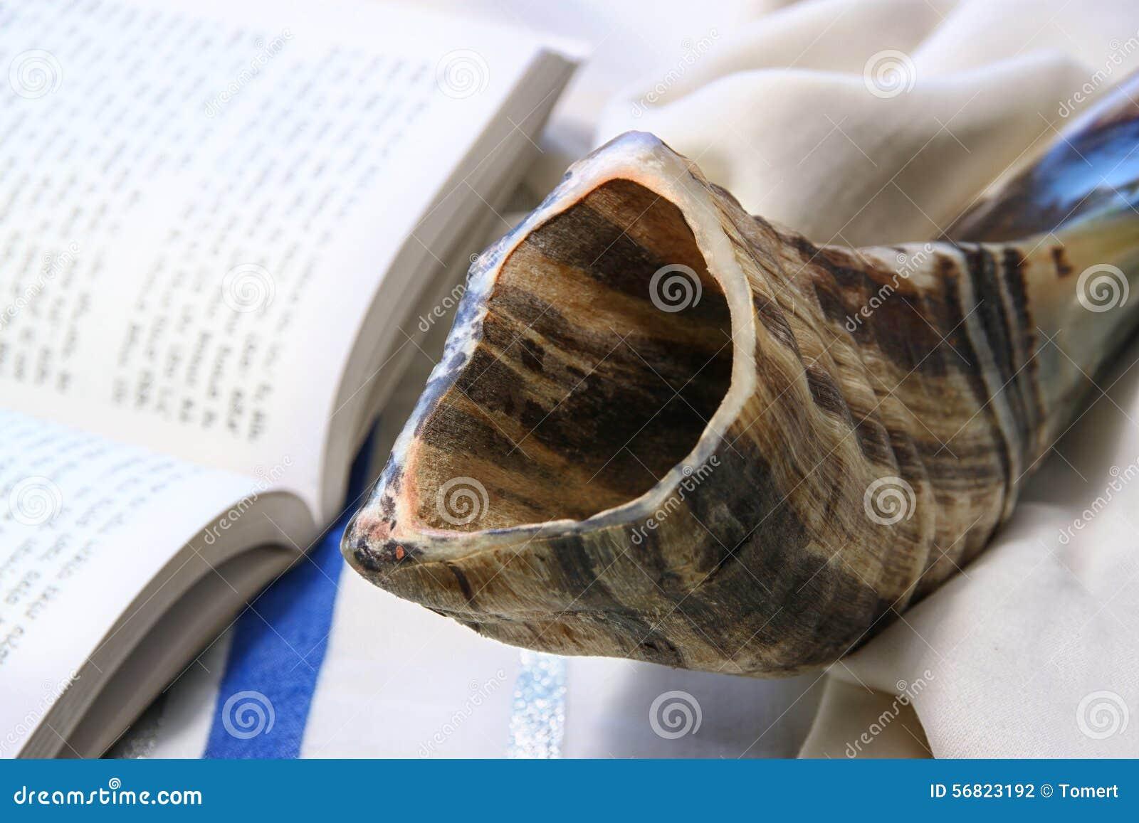 羊角号(垫铁)在白色祷告talit 夏令时 rosh hashanah (犹太假日)概念 传统假日标志