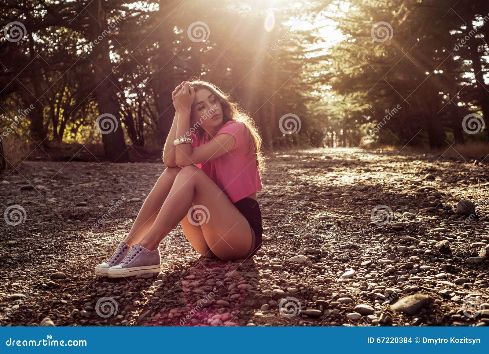 年轻美丽和典雅的时髦的女孩阳光画象