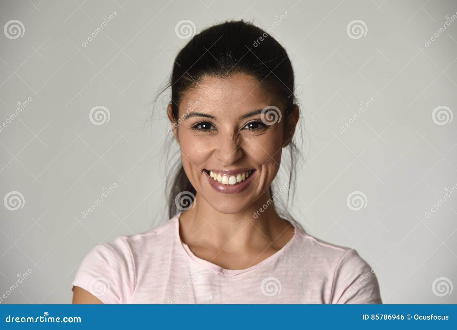 年轻美丽和愉快的拉丁妇女画象有快乐大暴牙的微笑的激动和