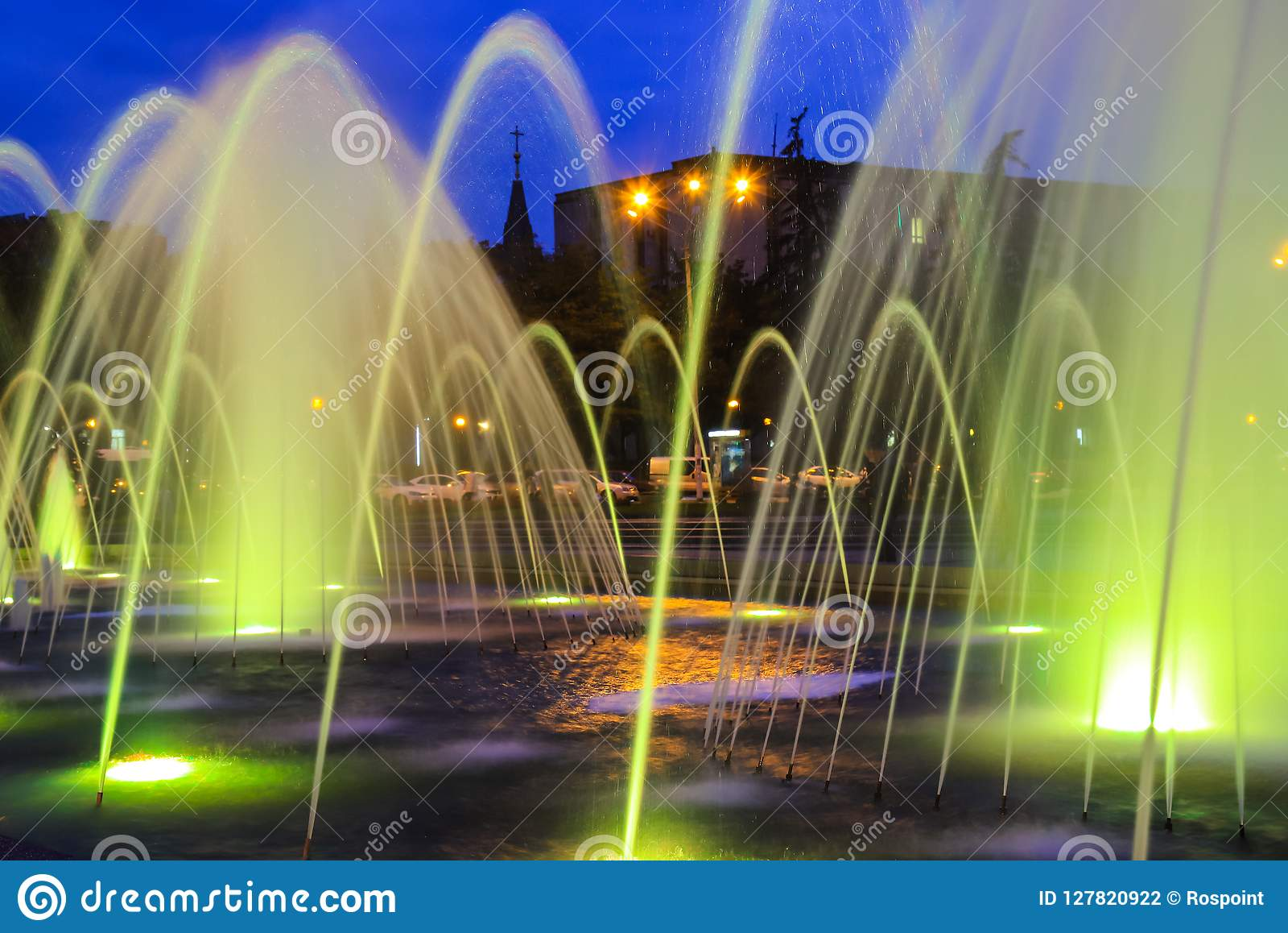 美丽如画,美丽的大色的喷泉在晚上,城市德聂伯级 第聂伯罗彼得罗夫斯克,乌克兰晚上视图