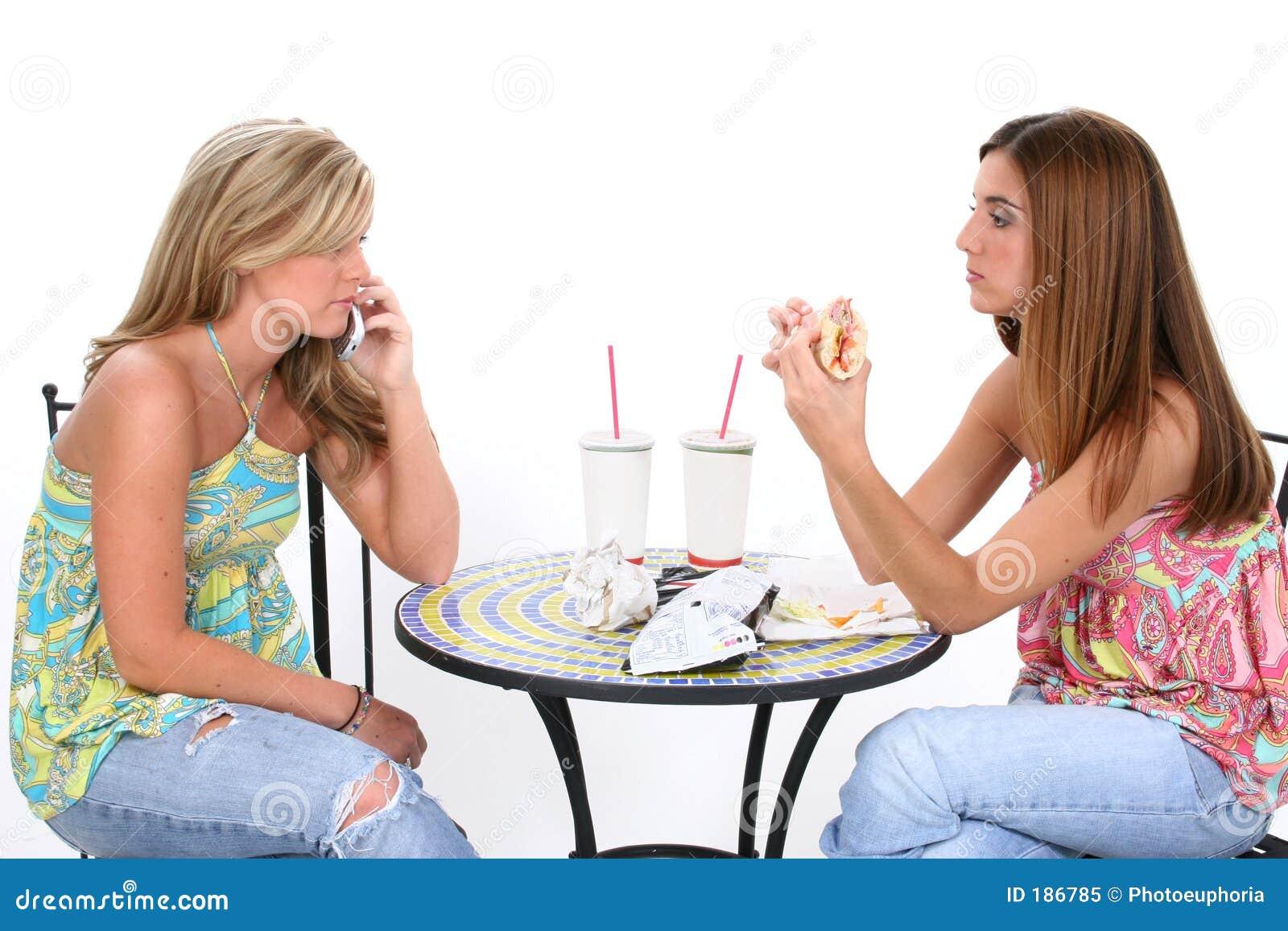 美丽有新午餐一起的妇女
