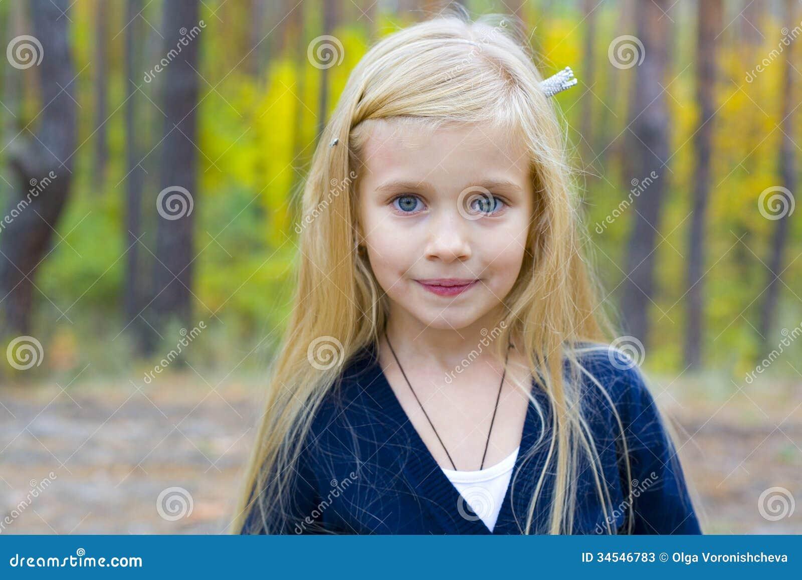 美丽的五岁的女孩画象
