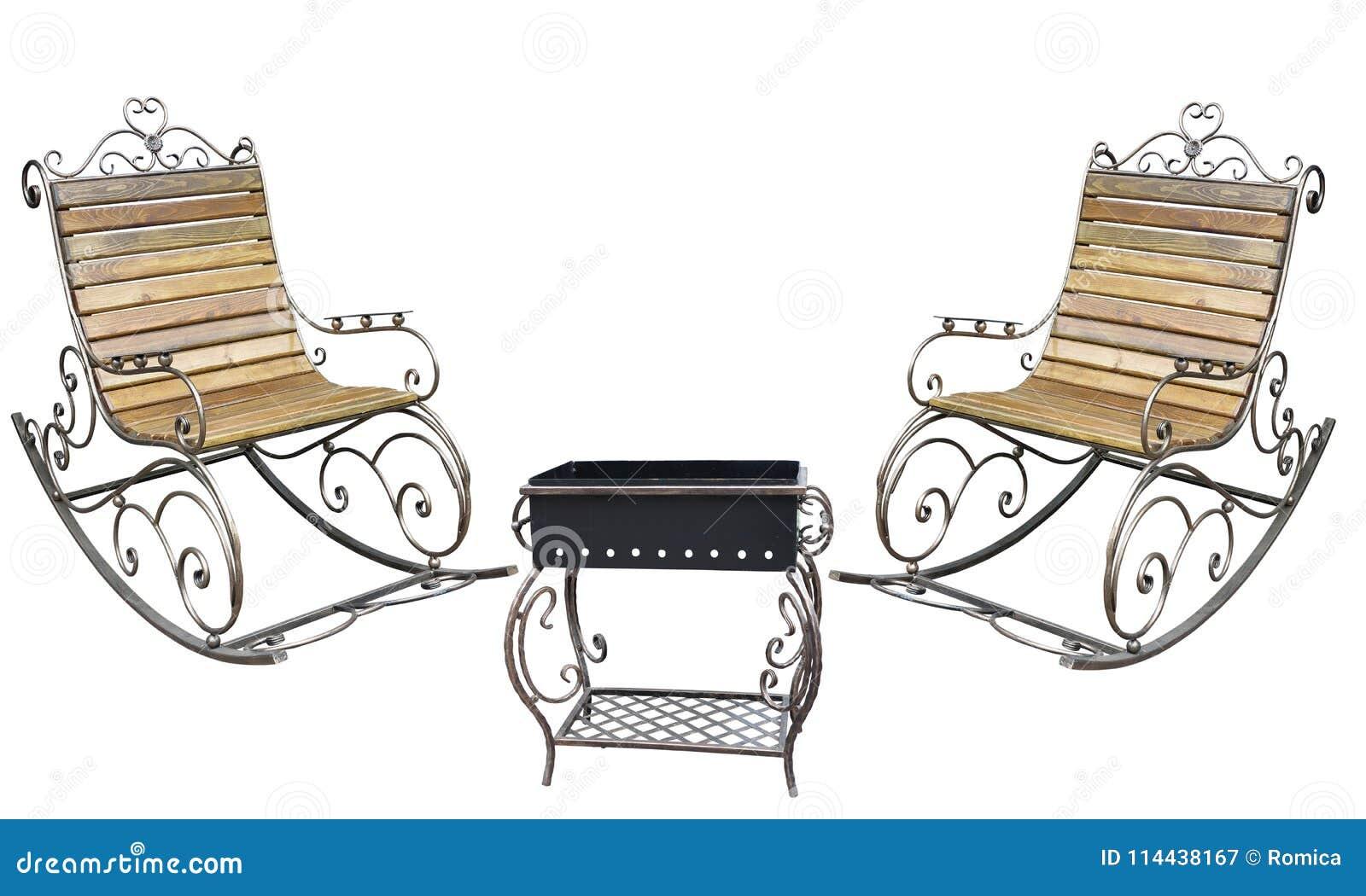 美丽的伪造的metall roching的椅子和烤肉格栅孤立