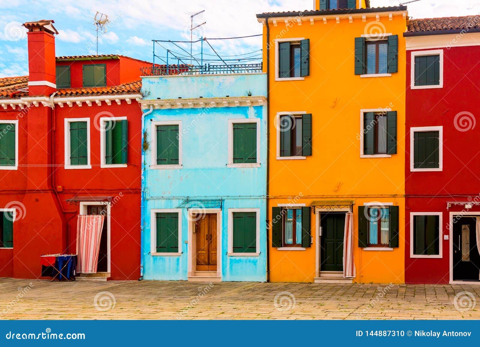 美丽的充满活力的五颜六色的房子在威尼斯附近的Burano在意大利