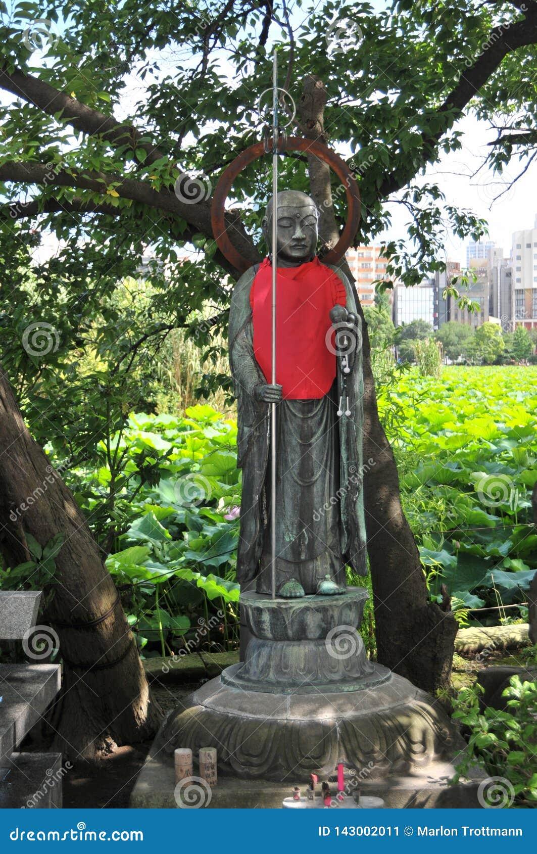 美丽的古铜色Jizo雕象的图片在上野公园,东京