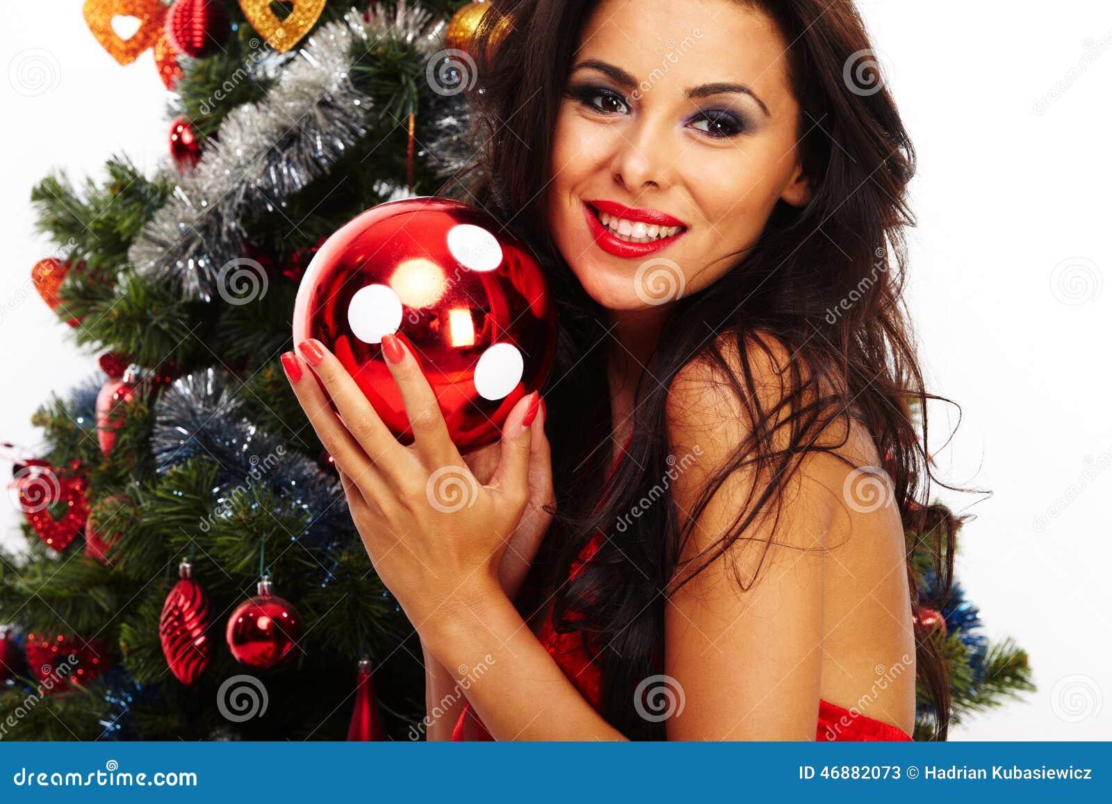美丽的圣诞老人帮手-在圣诞树旁边