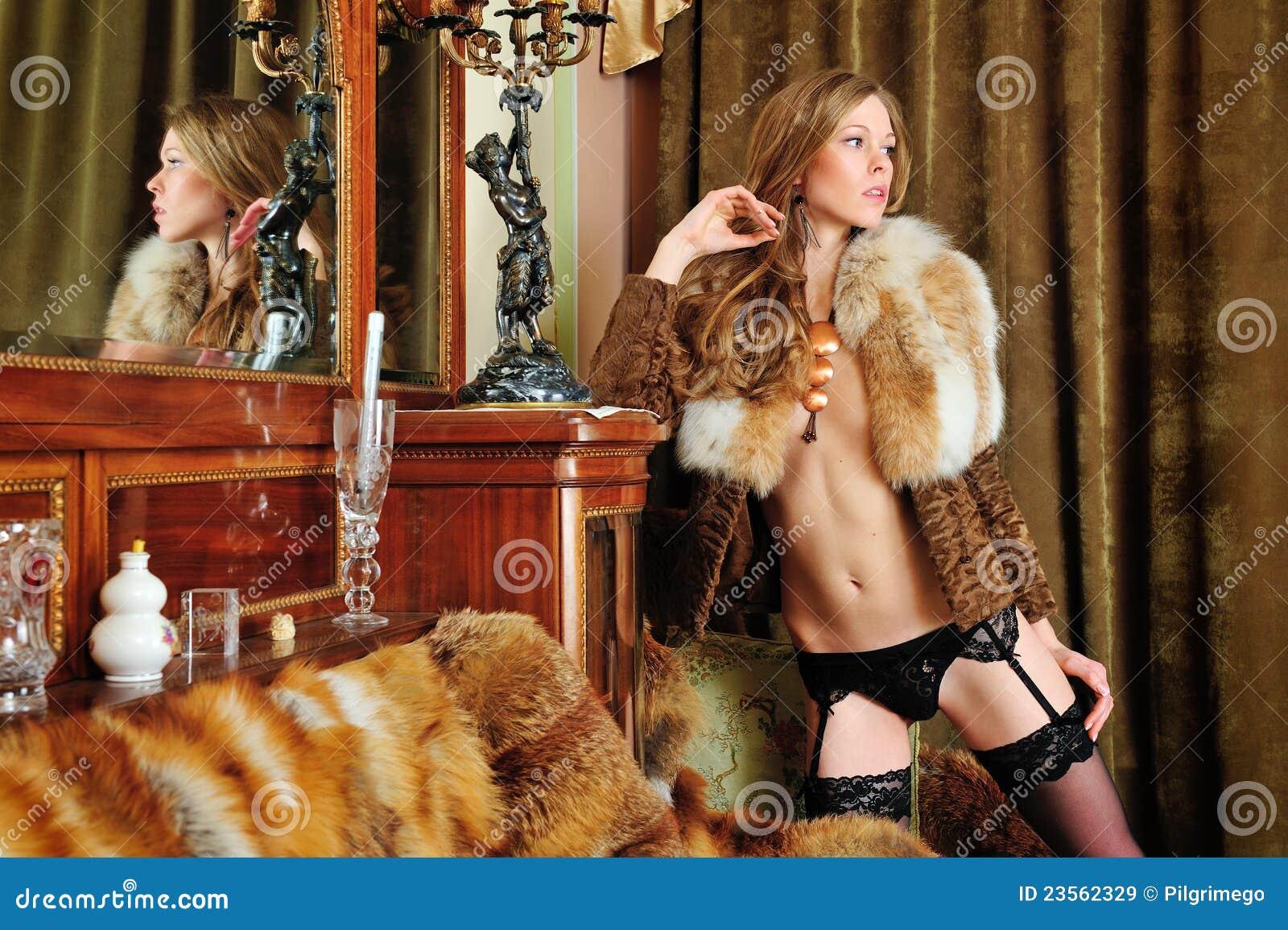 Jeune fille nue, portant seulement des manteau de fourrure