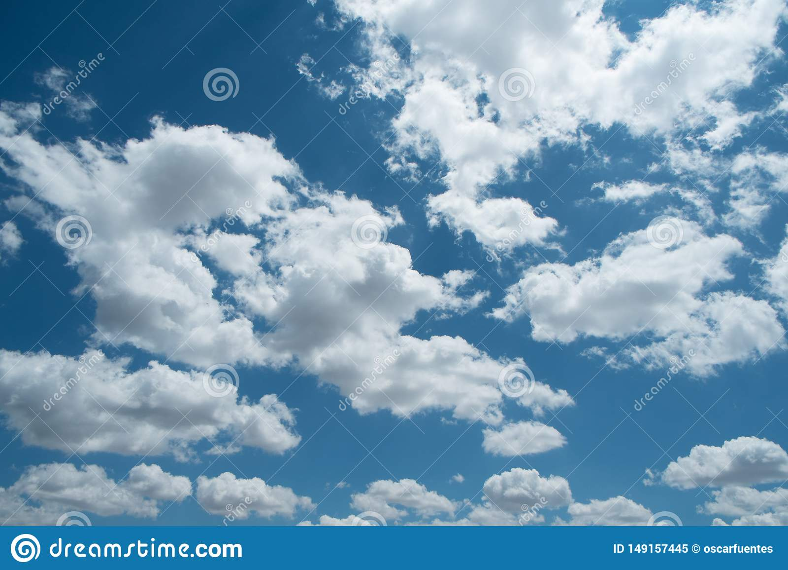 美丽的天空蔚蓝,在天空的白色云彩
