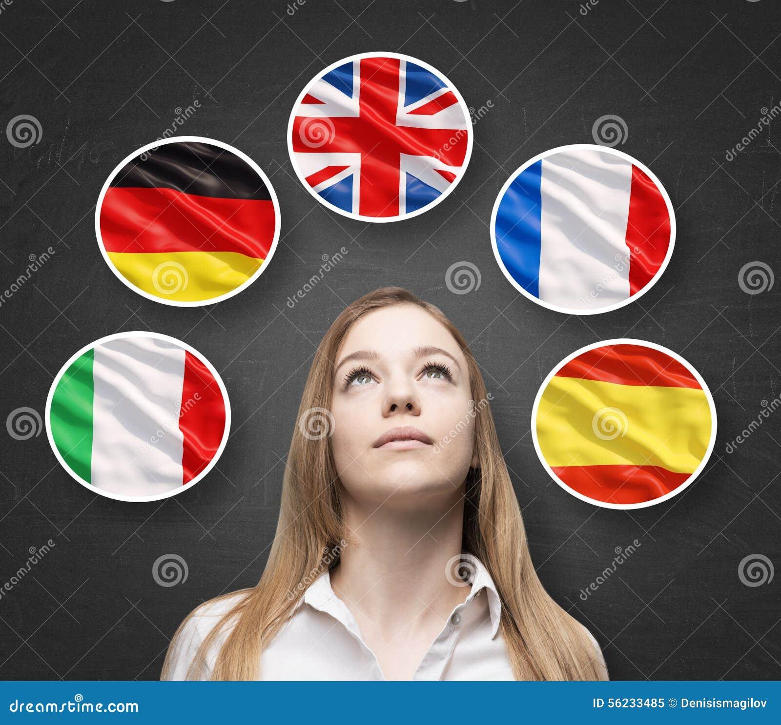 美丽的夫人由与欧洲国家的旗子(意大利语,德语,大英国,法语,西班牙语)的泡影围拢 了解