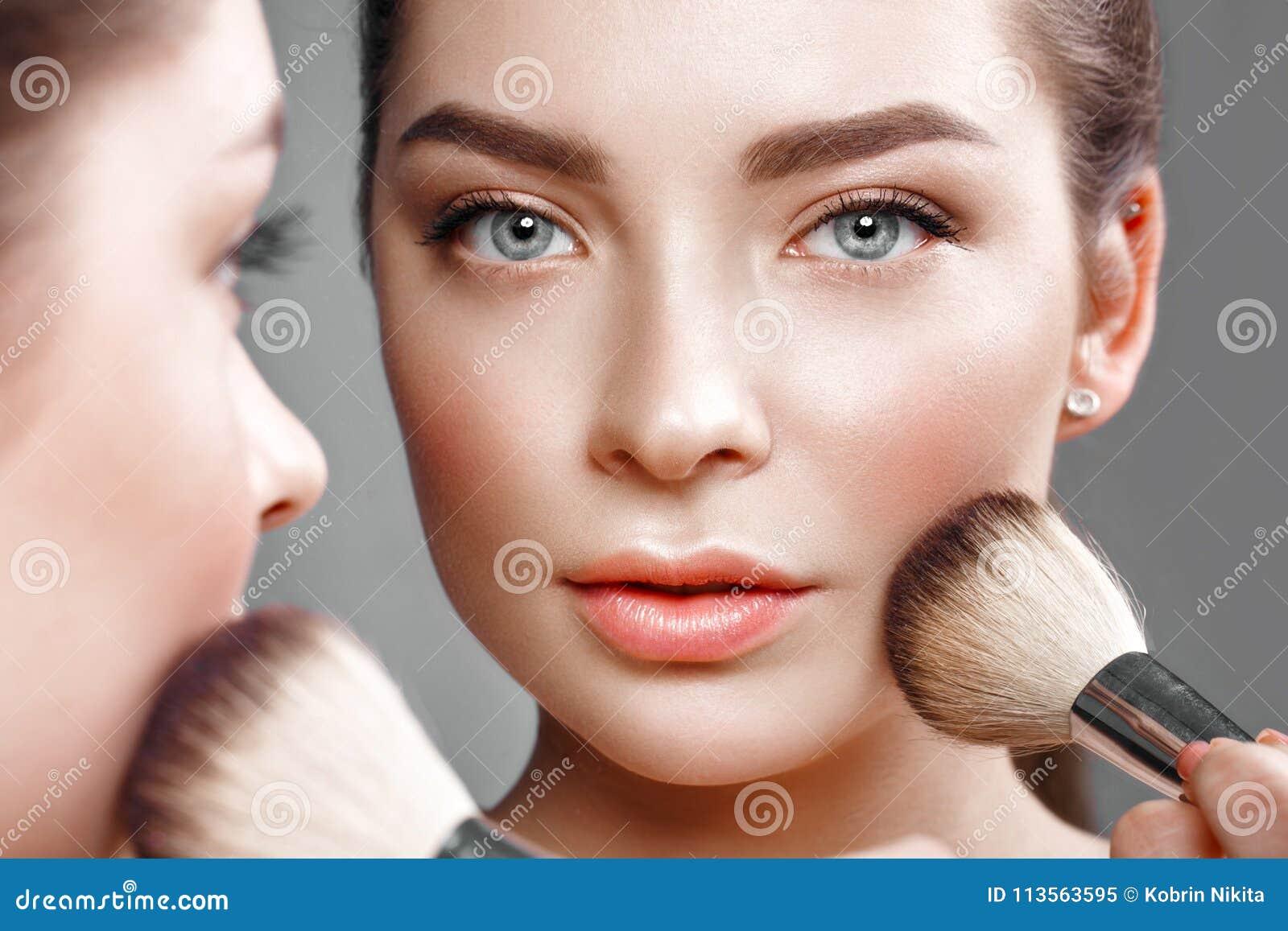 美丽的女孩做自己在镜子的构成 秀丽表面
