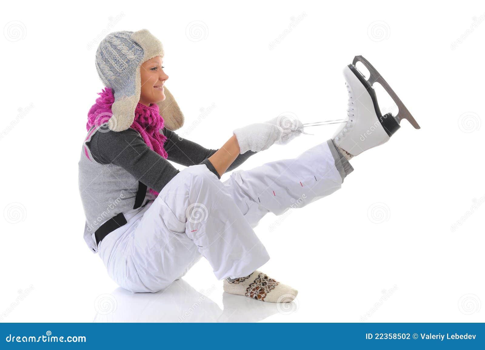 美丽的女孩放置冰鞋