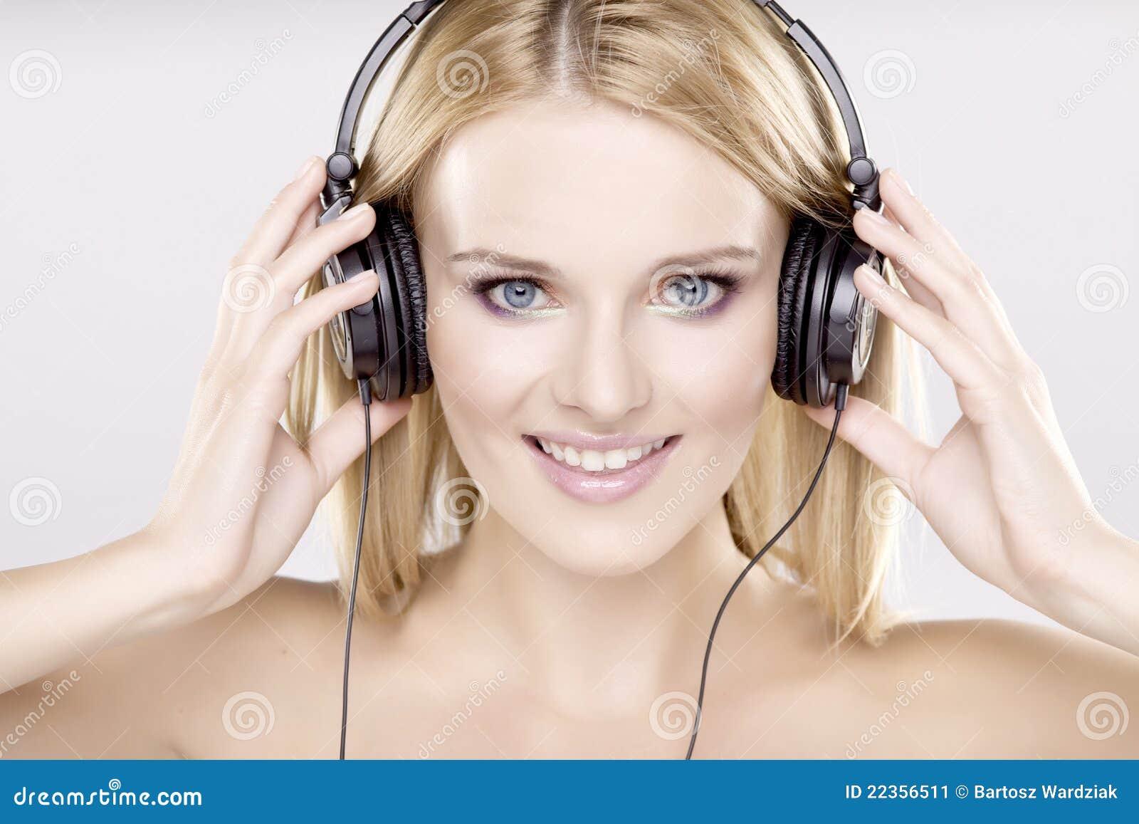 美丽的女孩是听到音乐