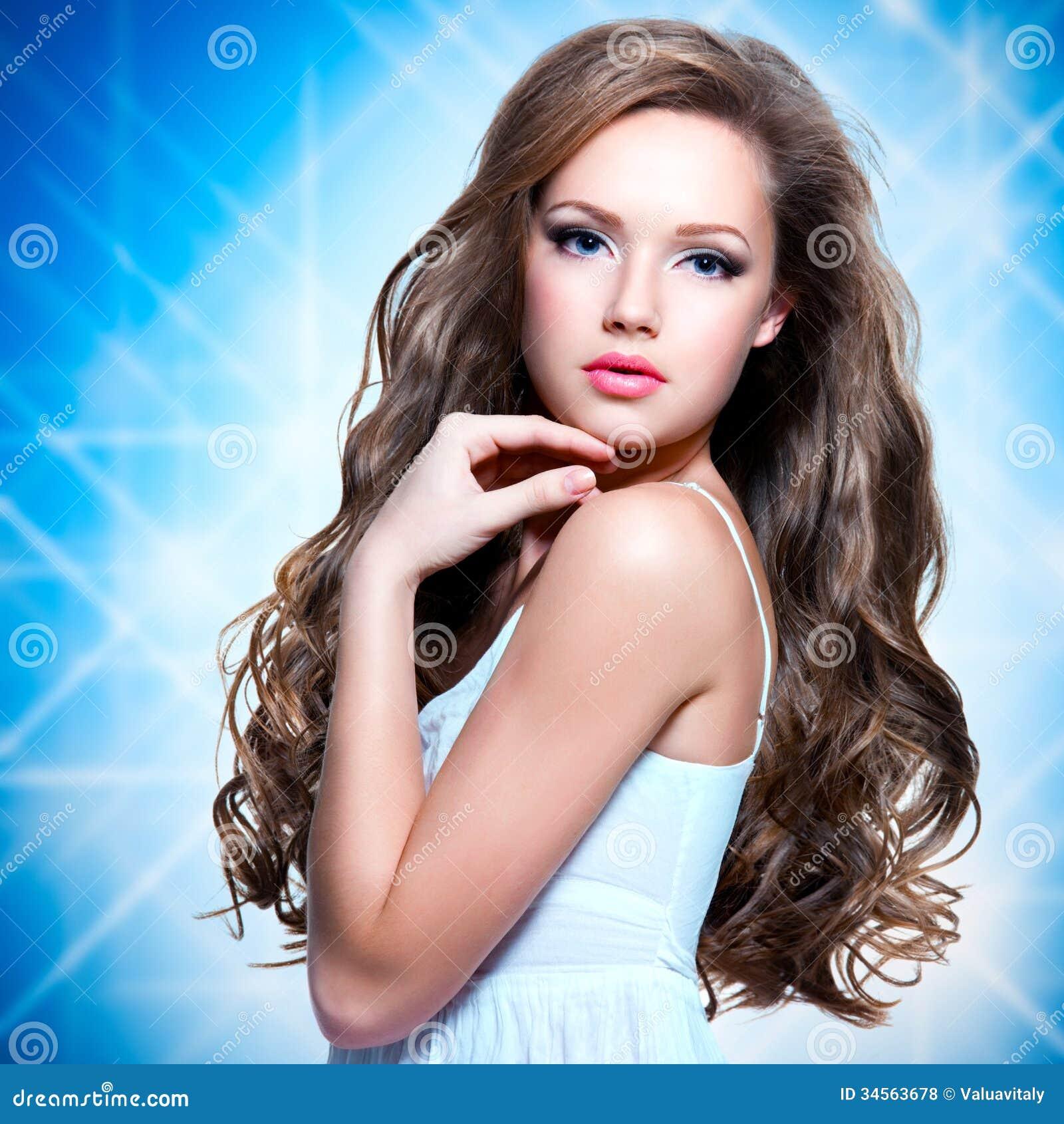 美丽的女孩的画象有长的卷发的