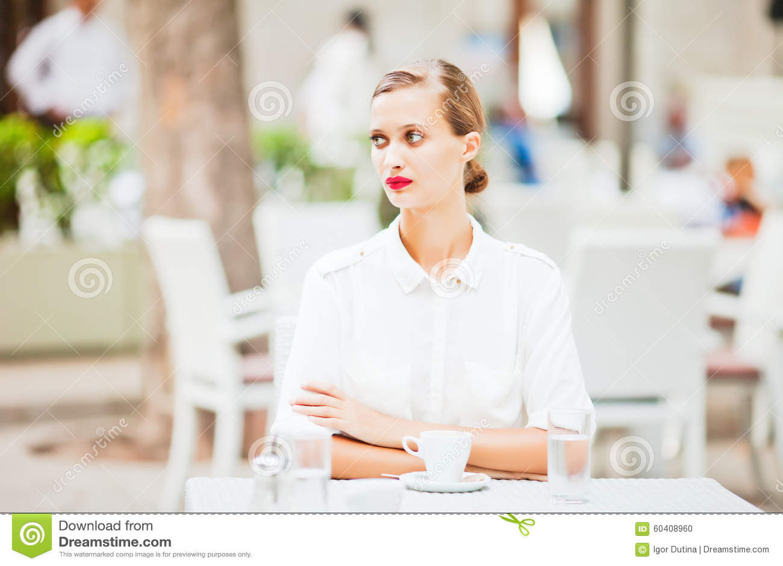 年轻美丽的女孩饮用的咖啡