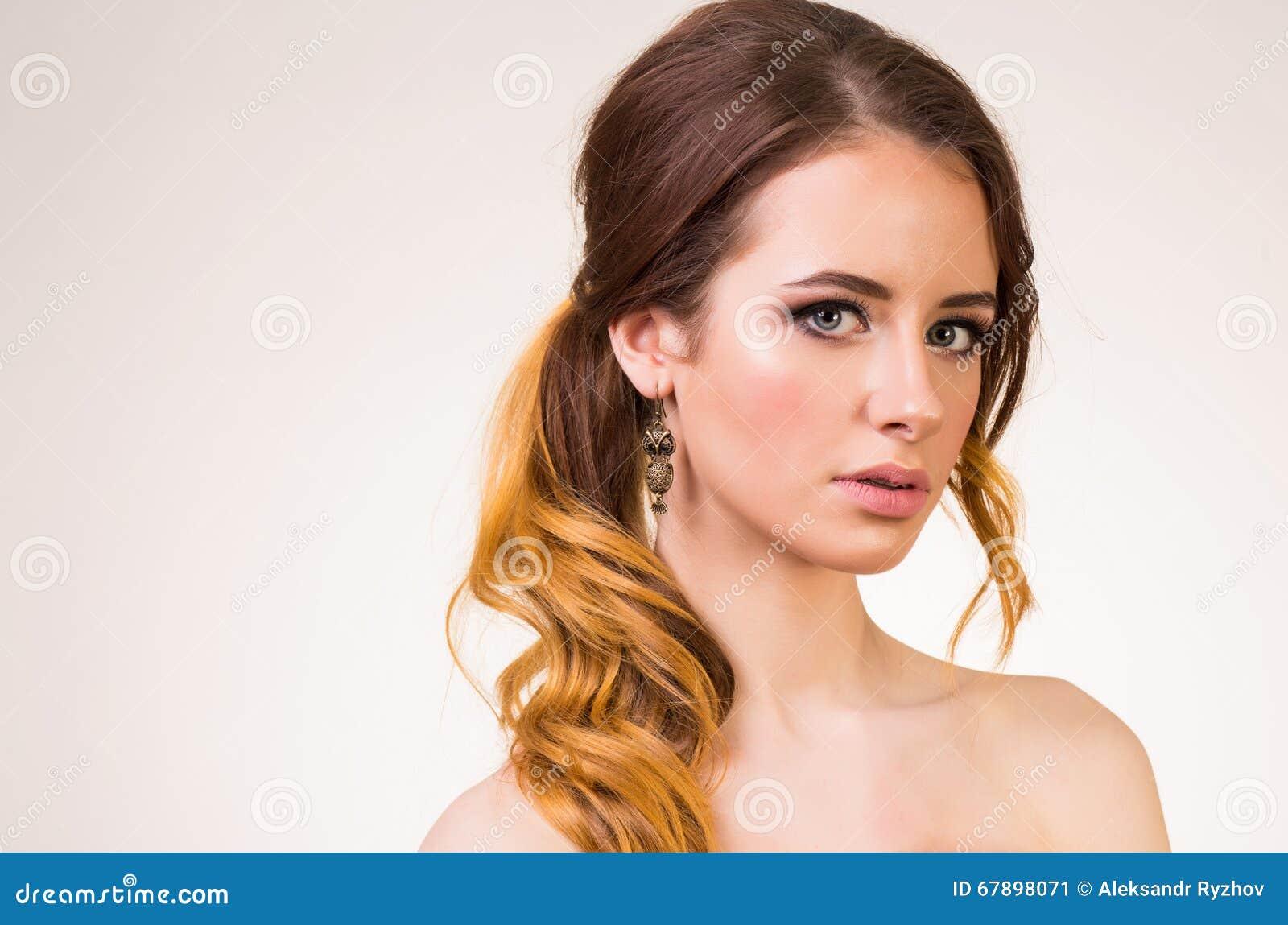 年轻美丽的女孩画象有波浪发的 床单方式放置照片诱人的白人妇女年轻人