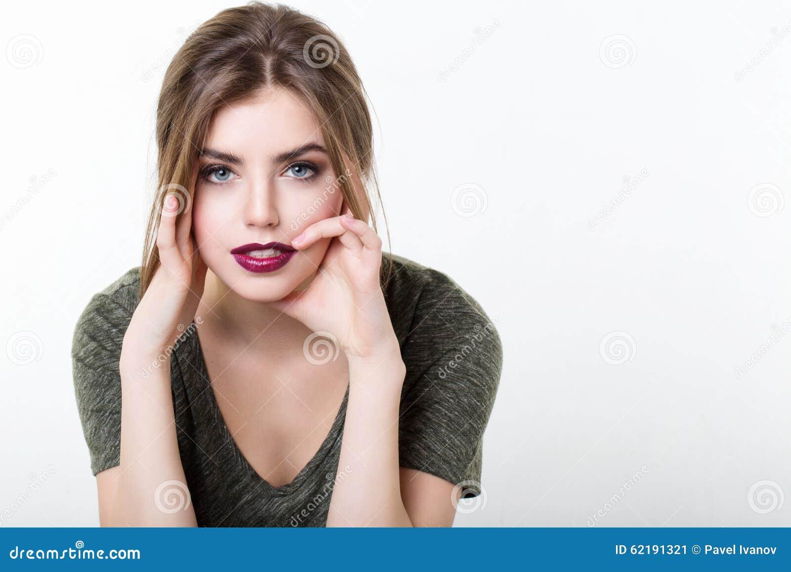 美丽的女孩画象有红色嘴唇的
