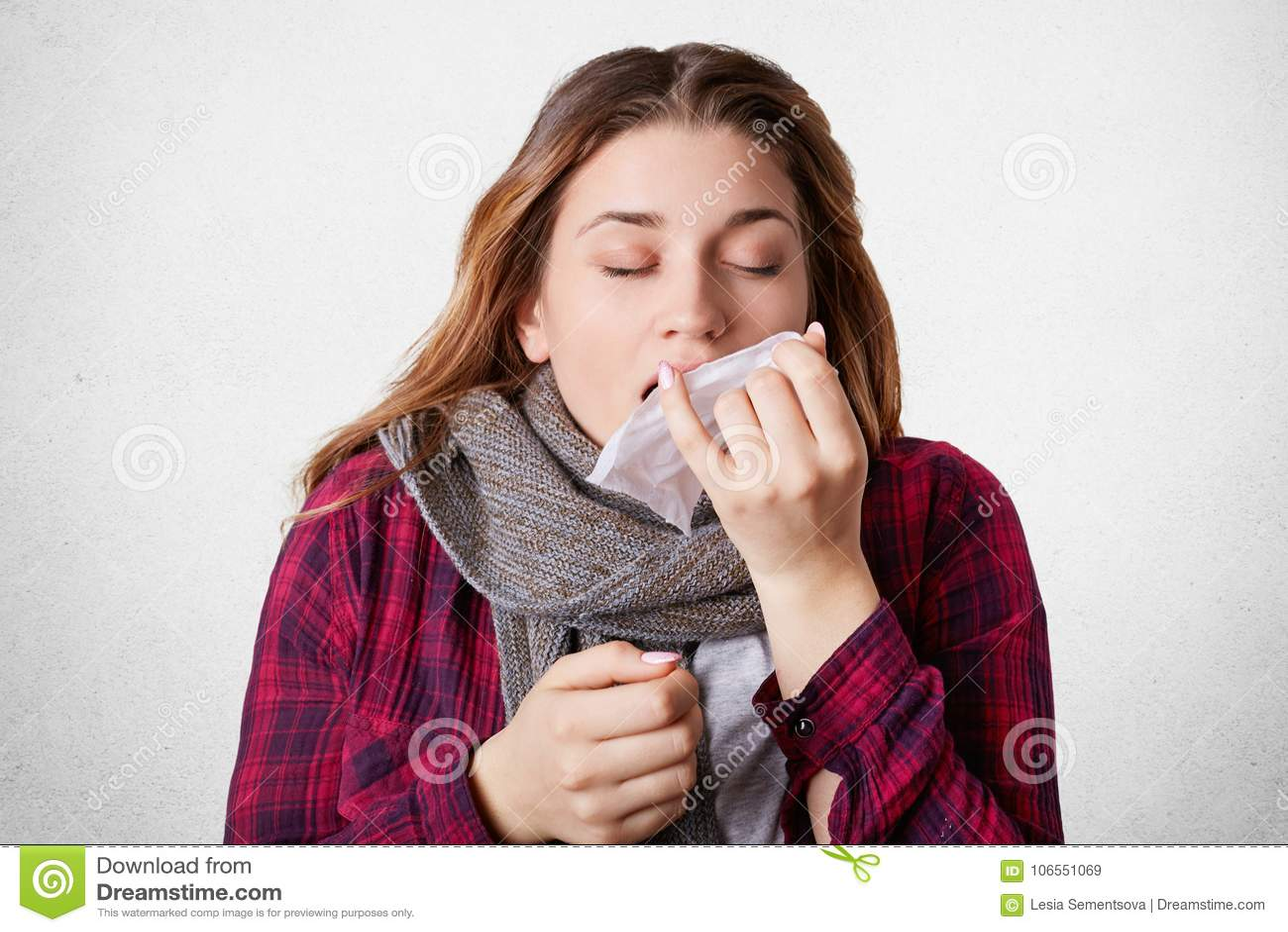 美丽的女性佩带温暖的scrf,打喷嚏入组织,遭受冷,并且高tempreture,有通气管,设法治疗自己, iso