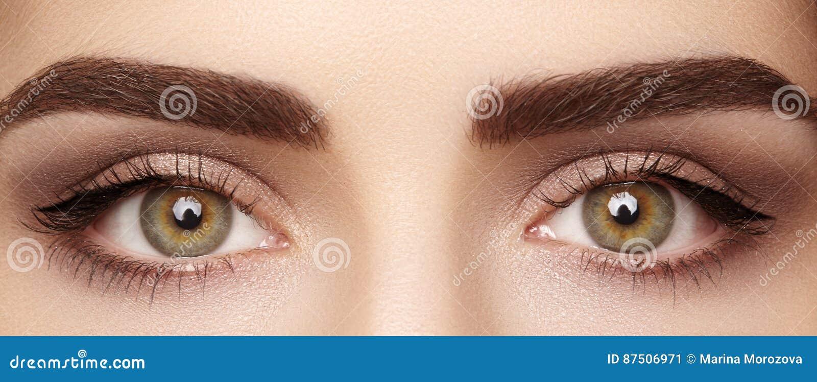 美丽的女性眼睛特写镜头宏指令与完善的形状眼眉的 清洗皮肤,时尚naturel构成 好视觉