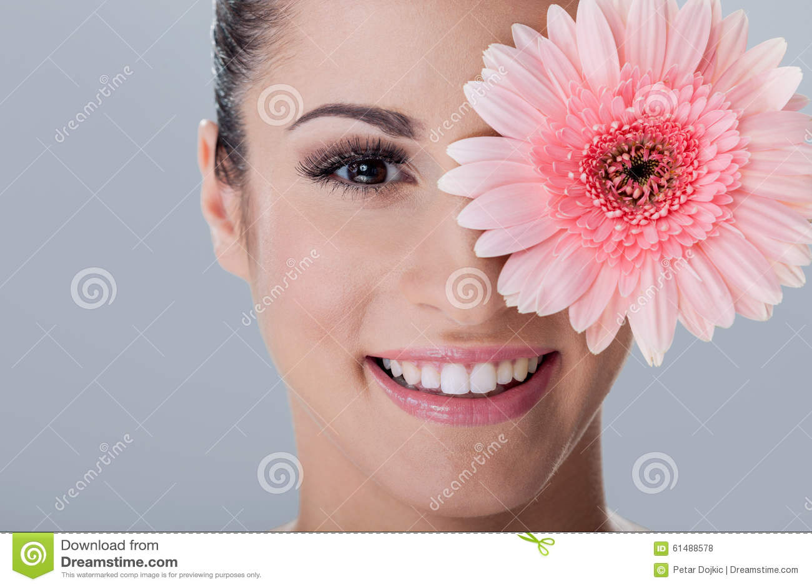年轻美丽的妇女、scin关心和温泉概念画象