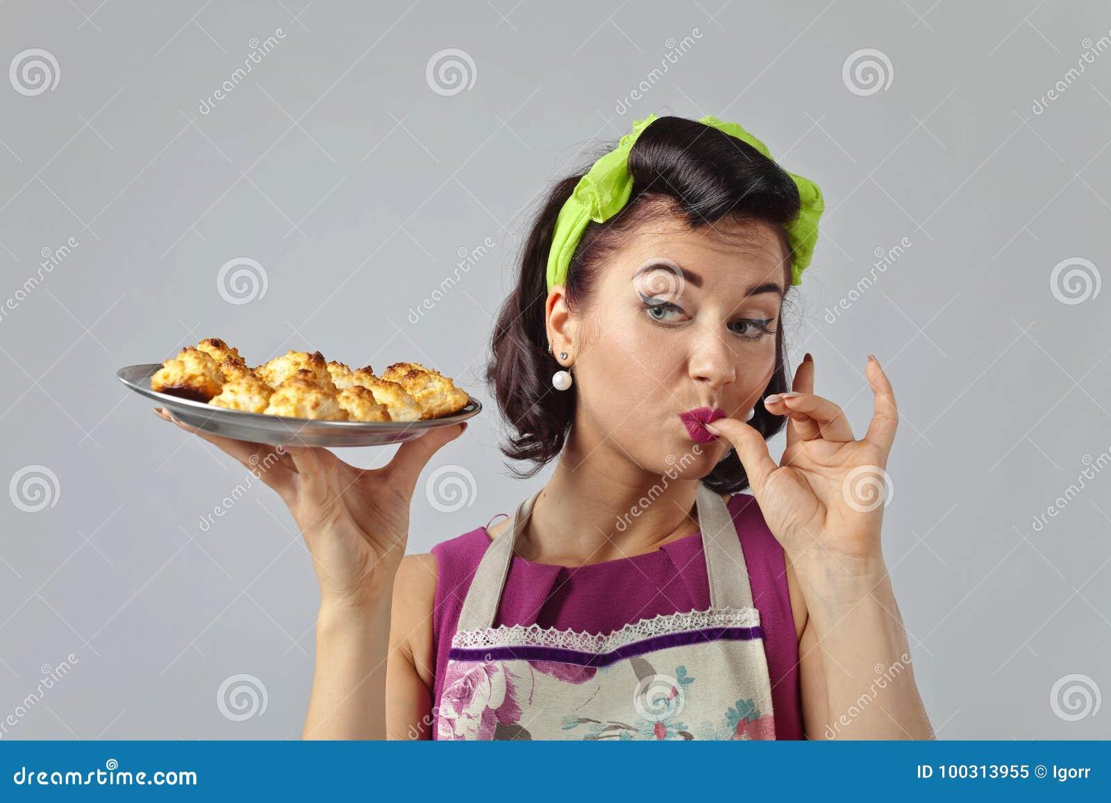 美丽的妇女用美味的饼干