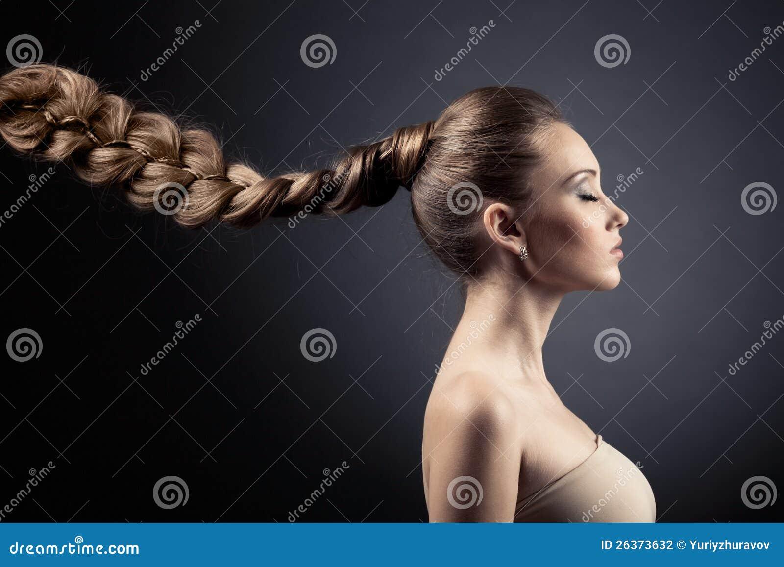 美丽的妇女纵向。 长的布朗头发