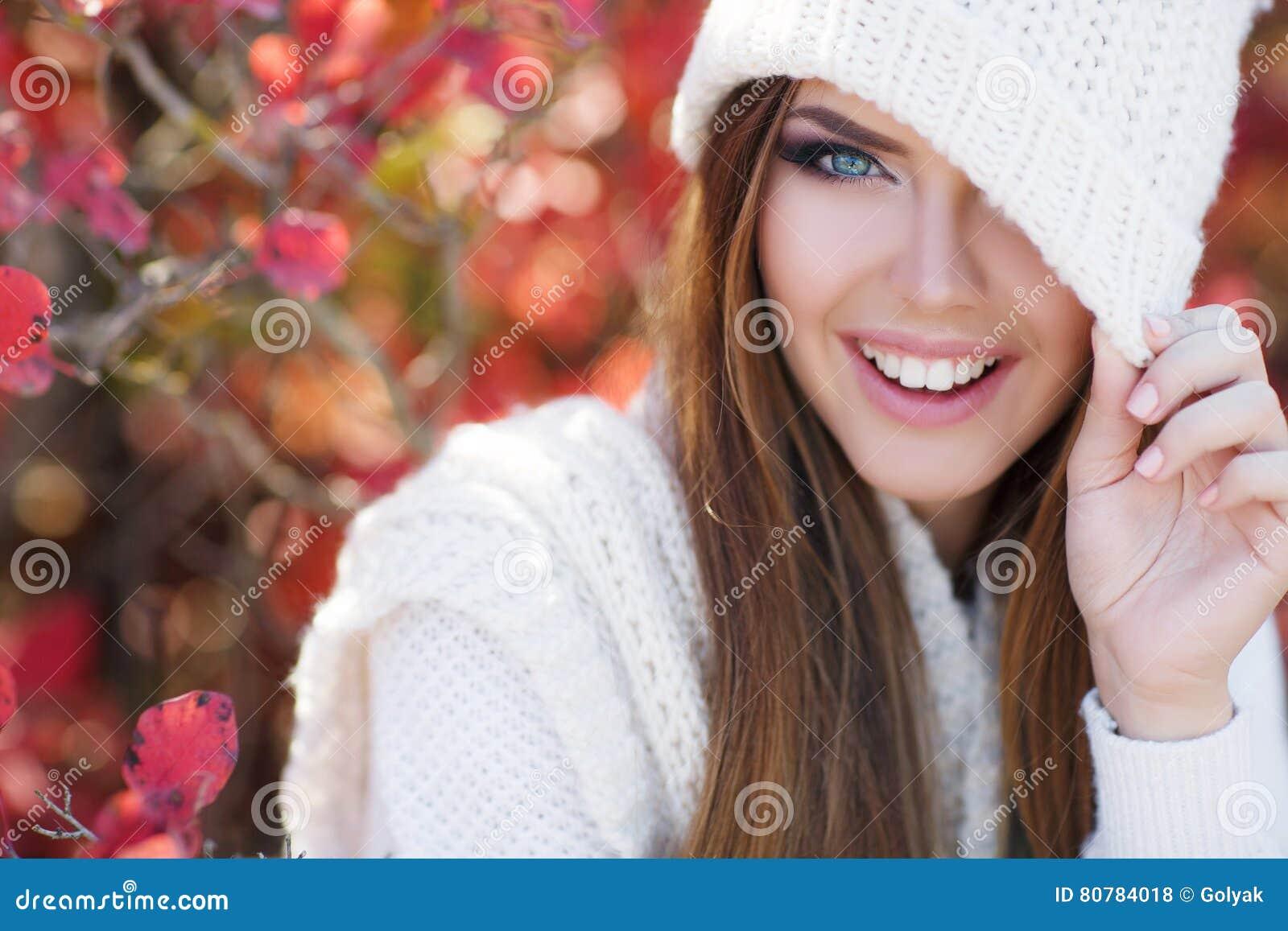 美丽的妇女画象在秋天公园