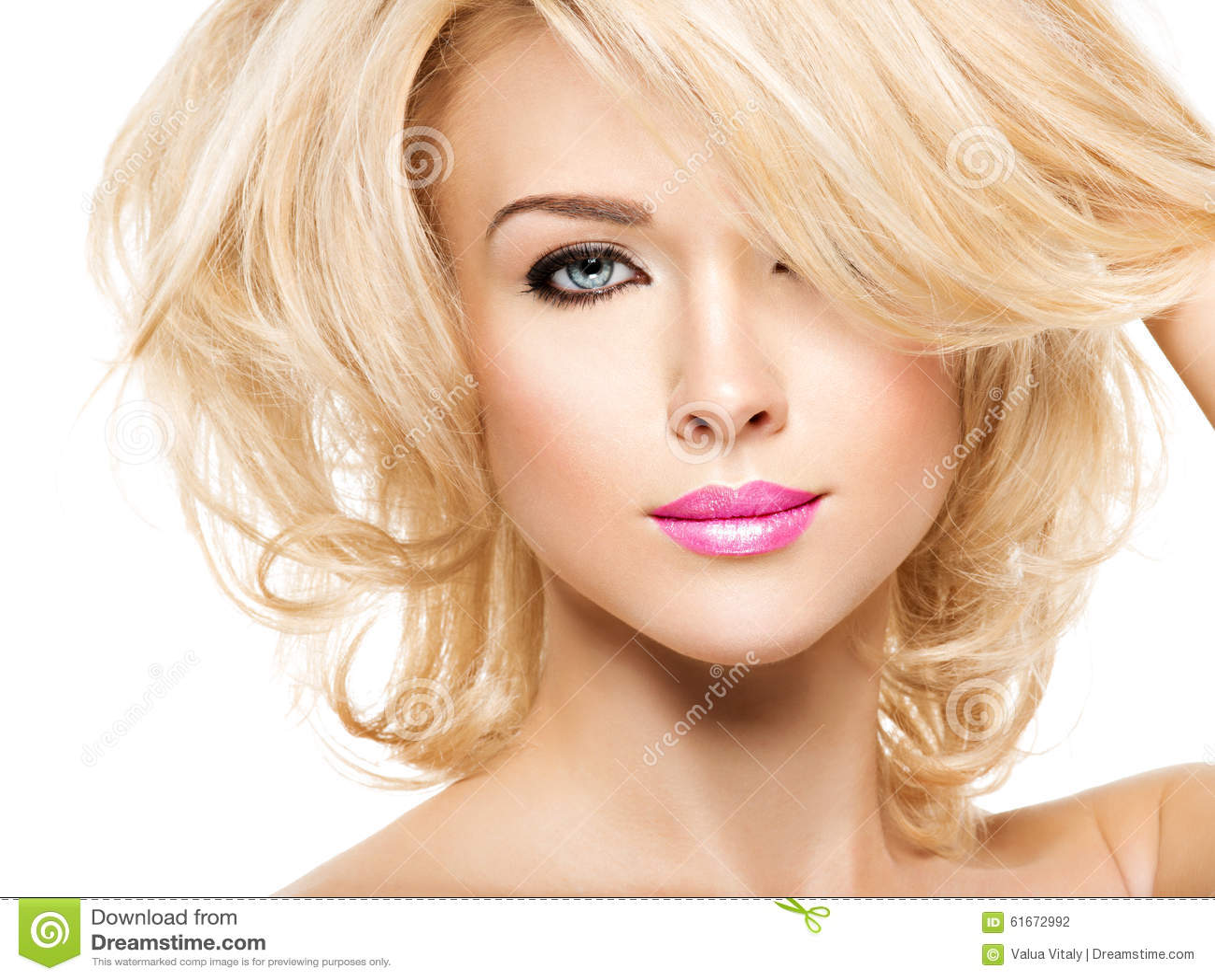 美丽的妇女画象有金发的 方式的表面