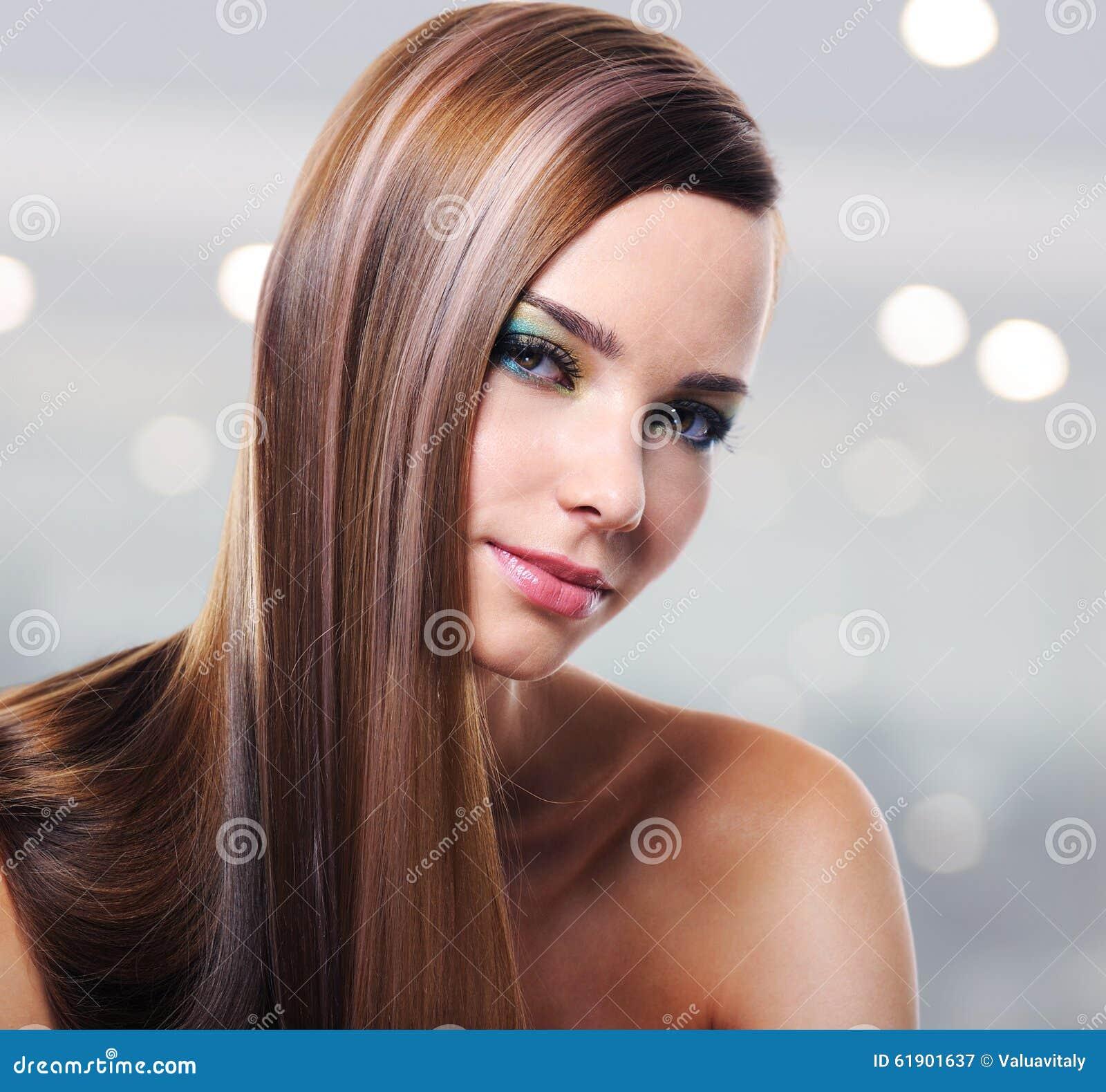 美丽的妇女画象有长的直发的