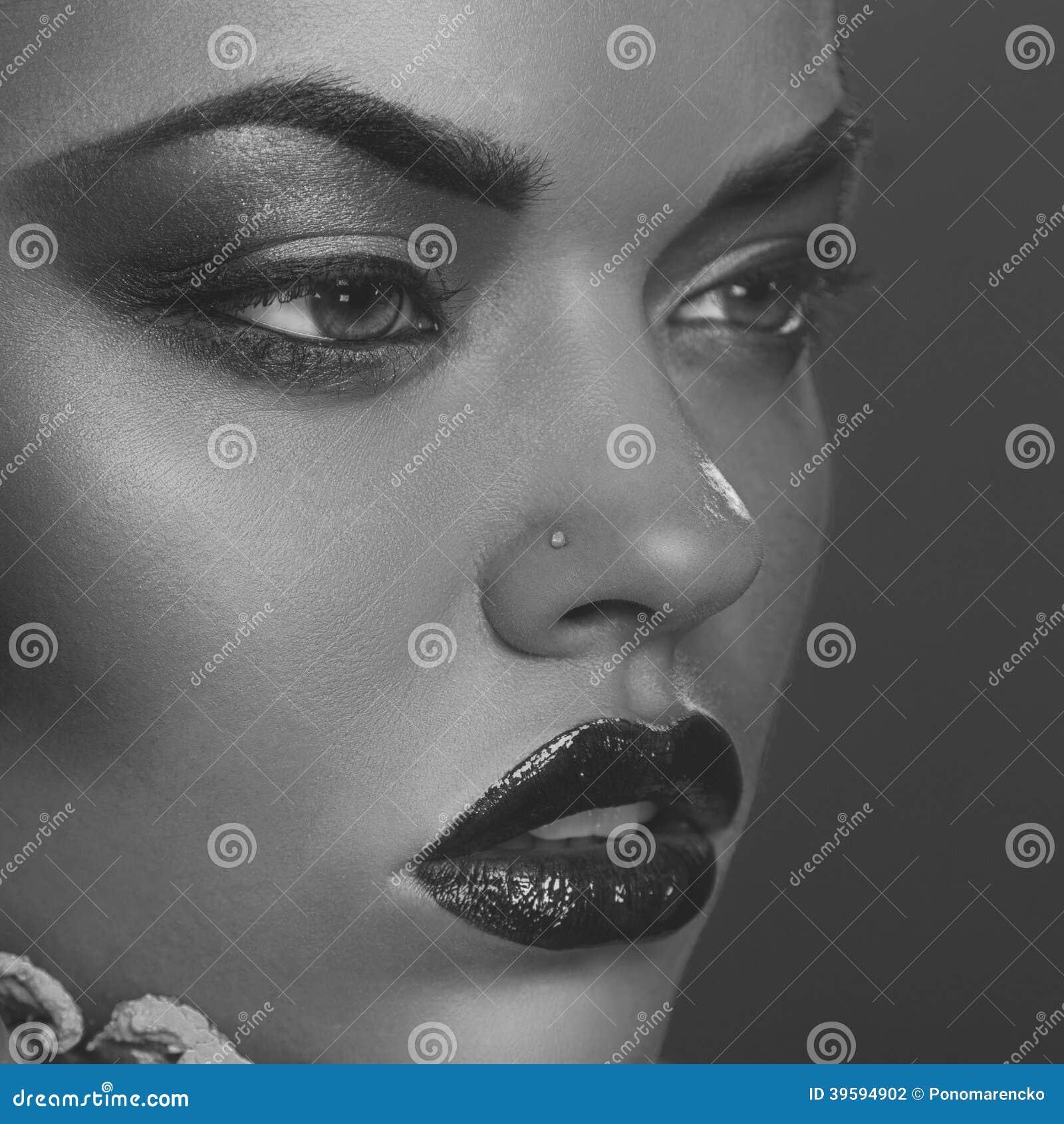 美丽的妇女画象的成为不饱和的关闭