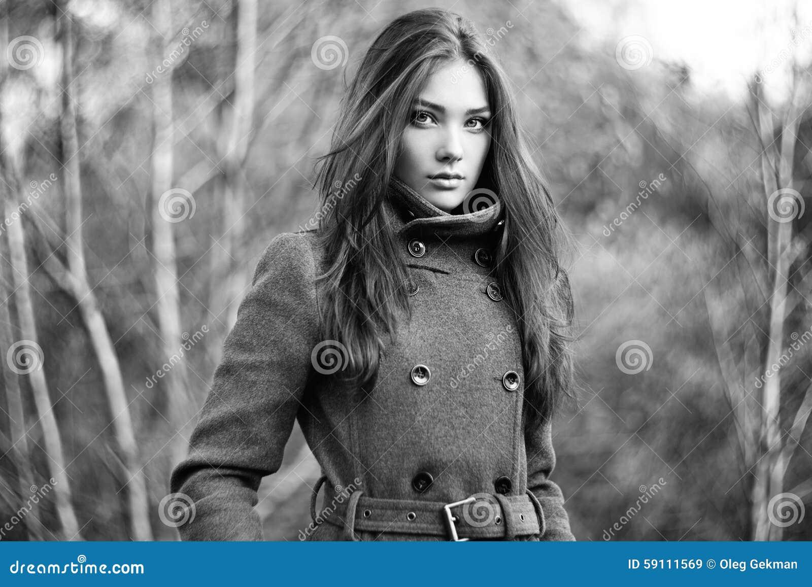 年轻美丽的妇女画象秋天外套的