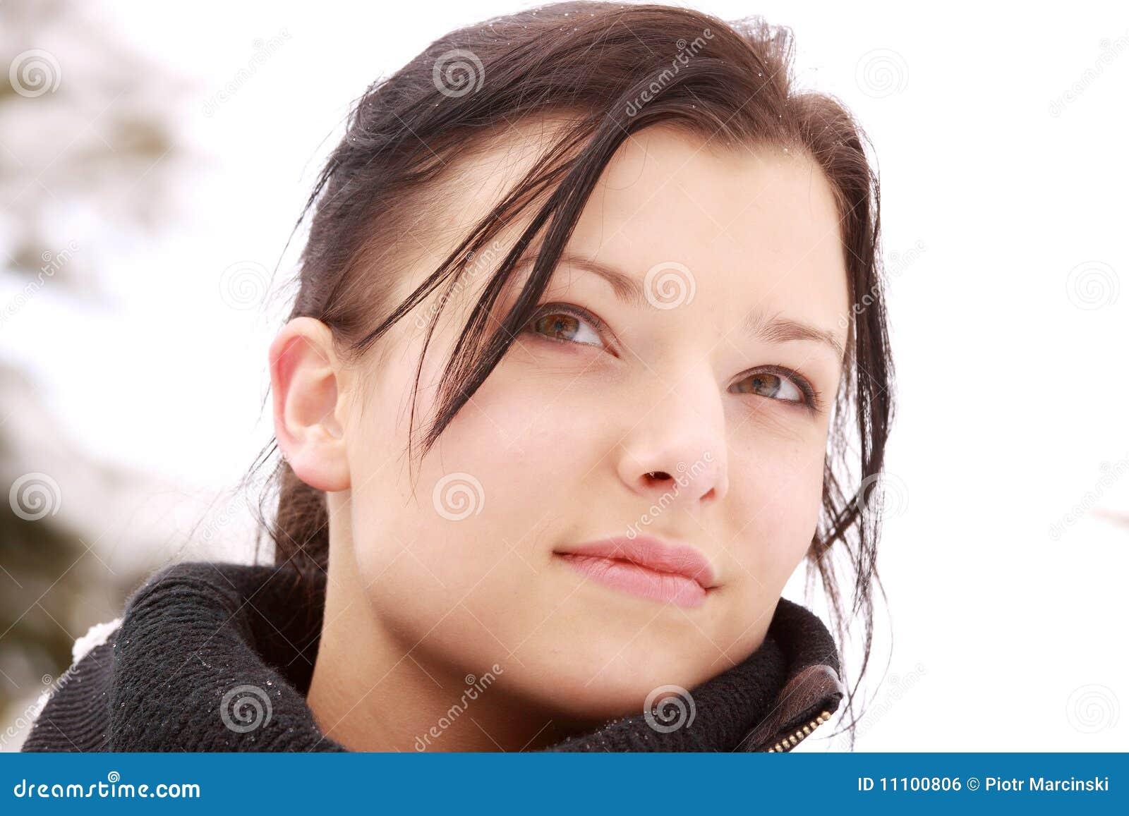 美丽的室外雪妇女