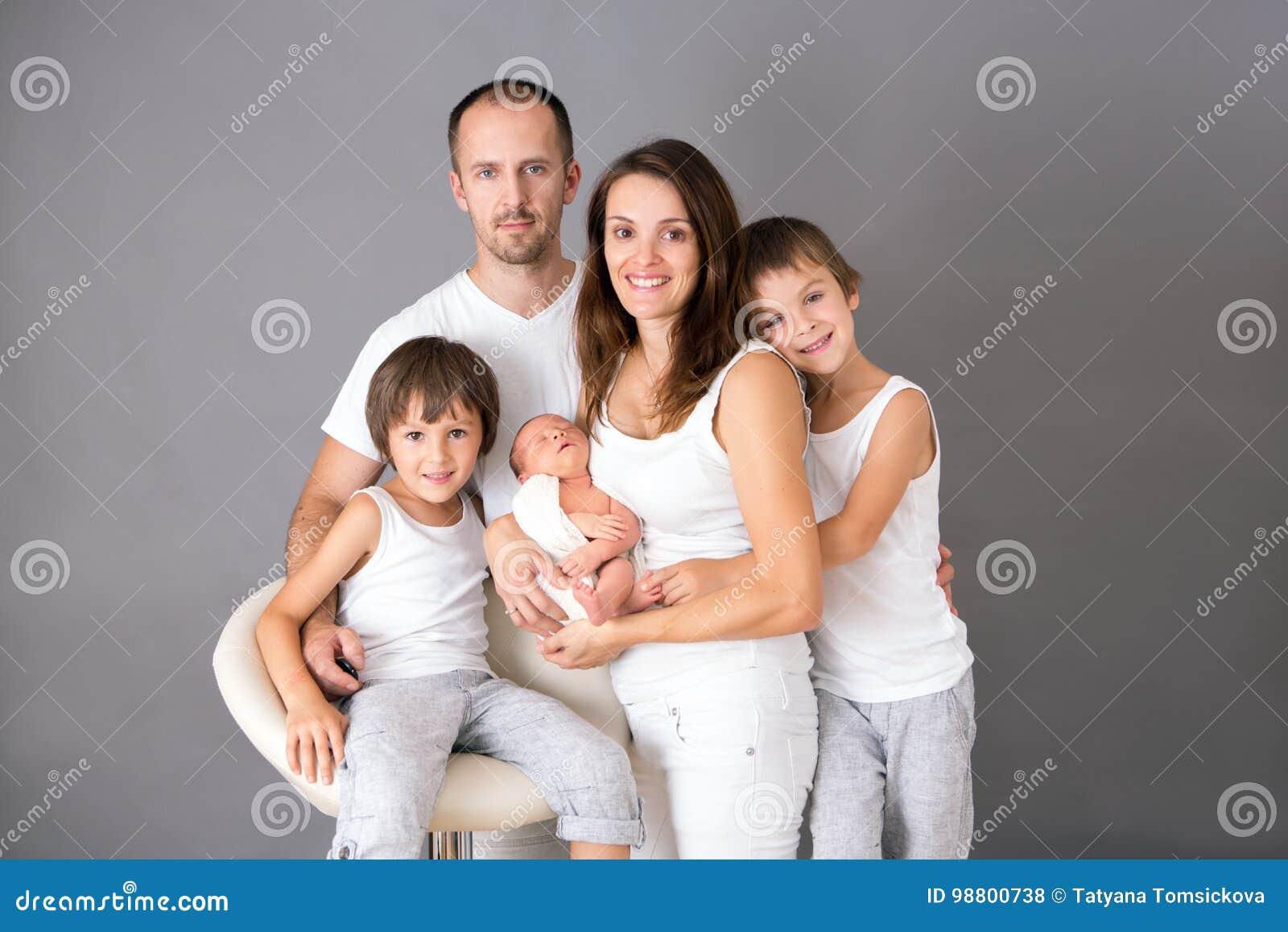美丽的家庭画象、父亲、母亲和三个男孩, lookin