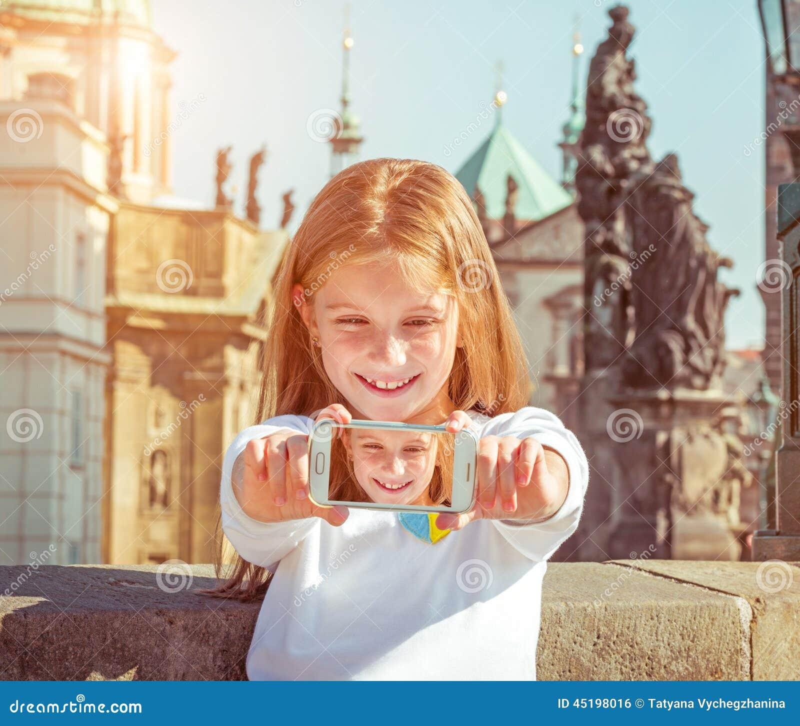 美丽的小女孩为照相她的自已