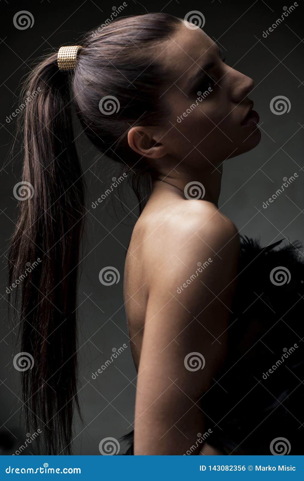 美丽的少女,有马尾辫的,在浅焦点,艺术性