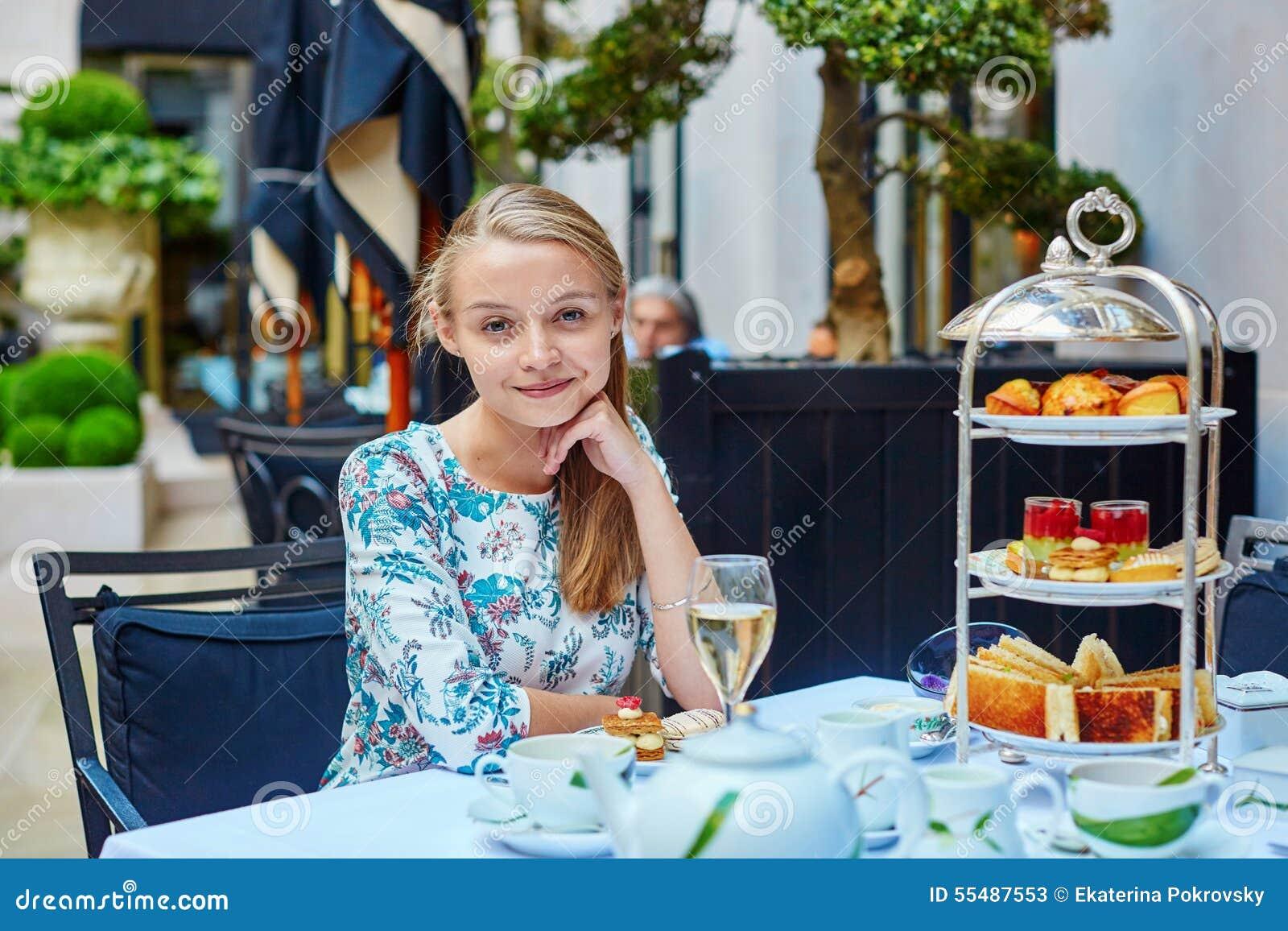美丽的少妇在法国餐馆