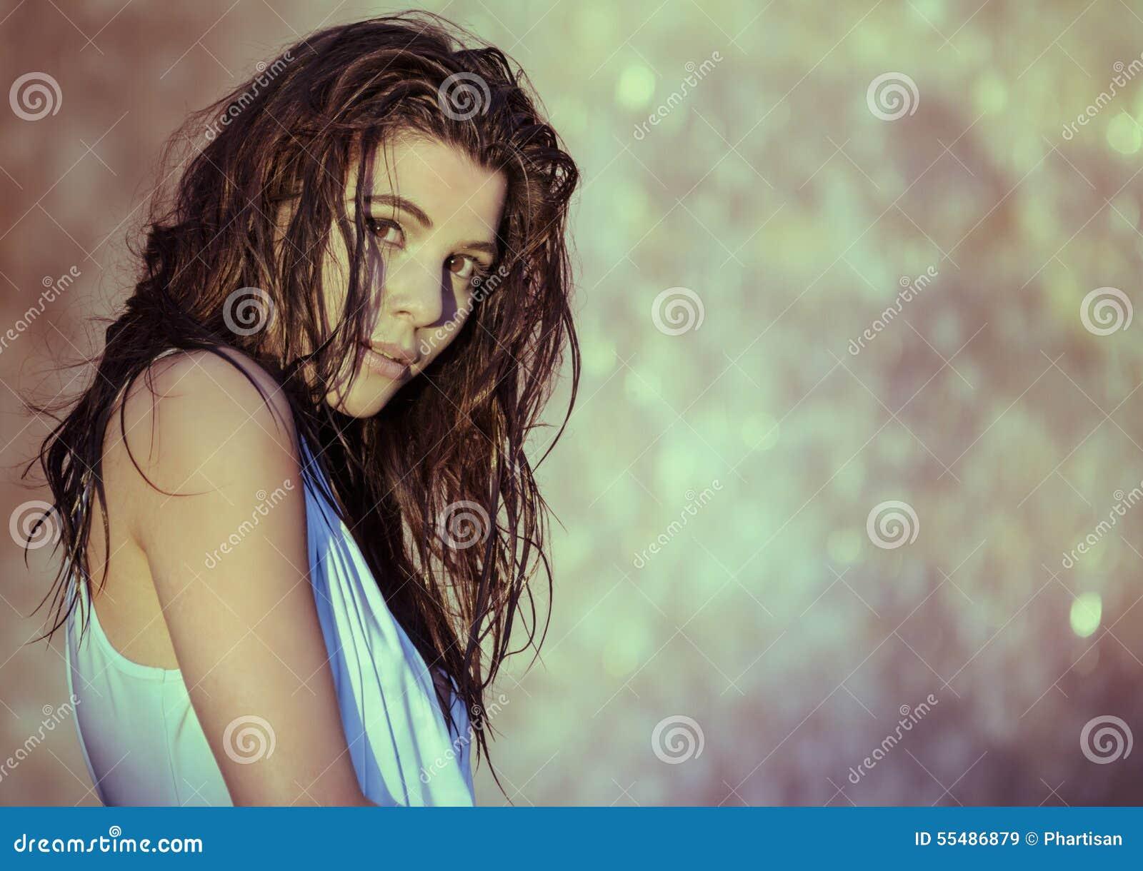 美丽的少妇湿头发瀑布