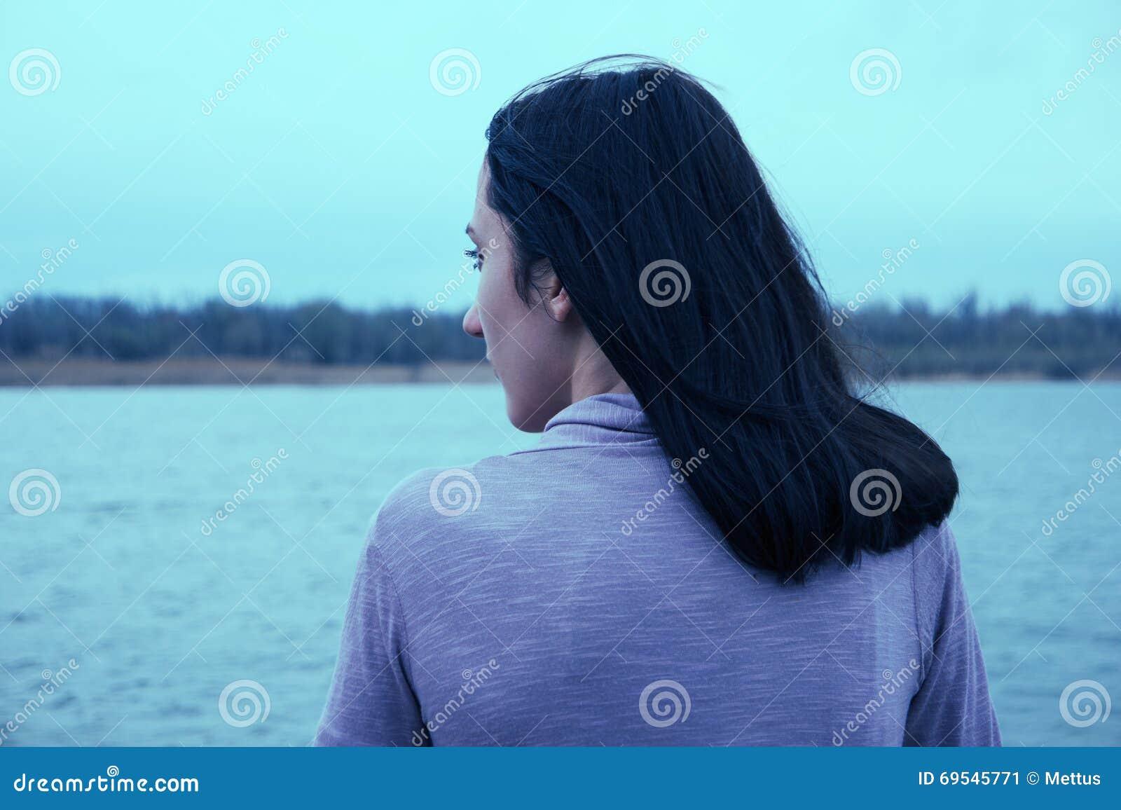 少妇系列癹n��.�_美丽的少妇看在河的看法 可爱的妇女享受夏天背面图 n