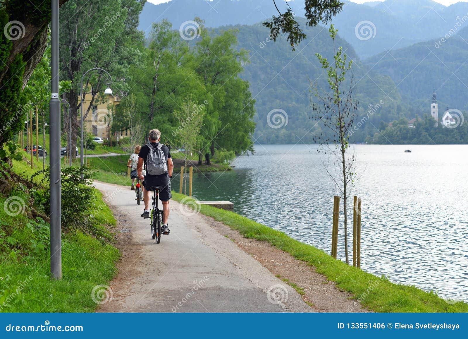 美丽的布莱德湖在朱利安阿尔卑斯山和循环的旅游山、清楚的蓝绿色水湖和剧烈的天空蔚蓝
