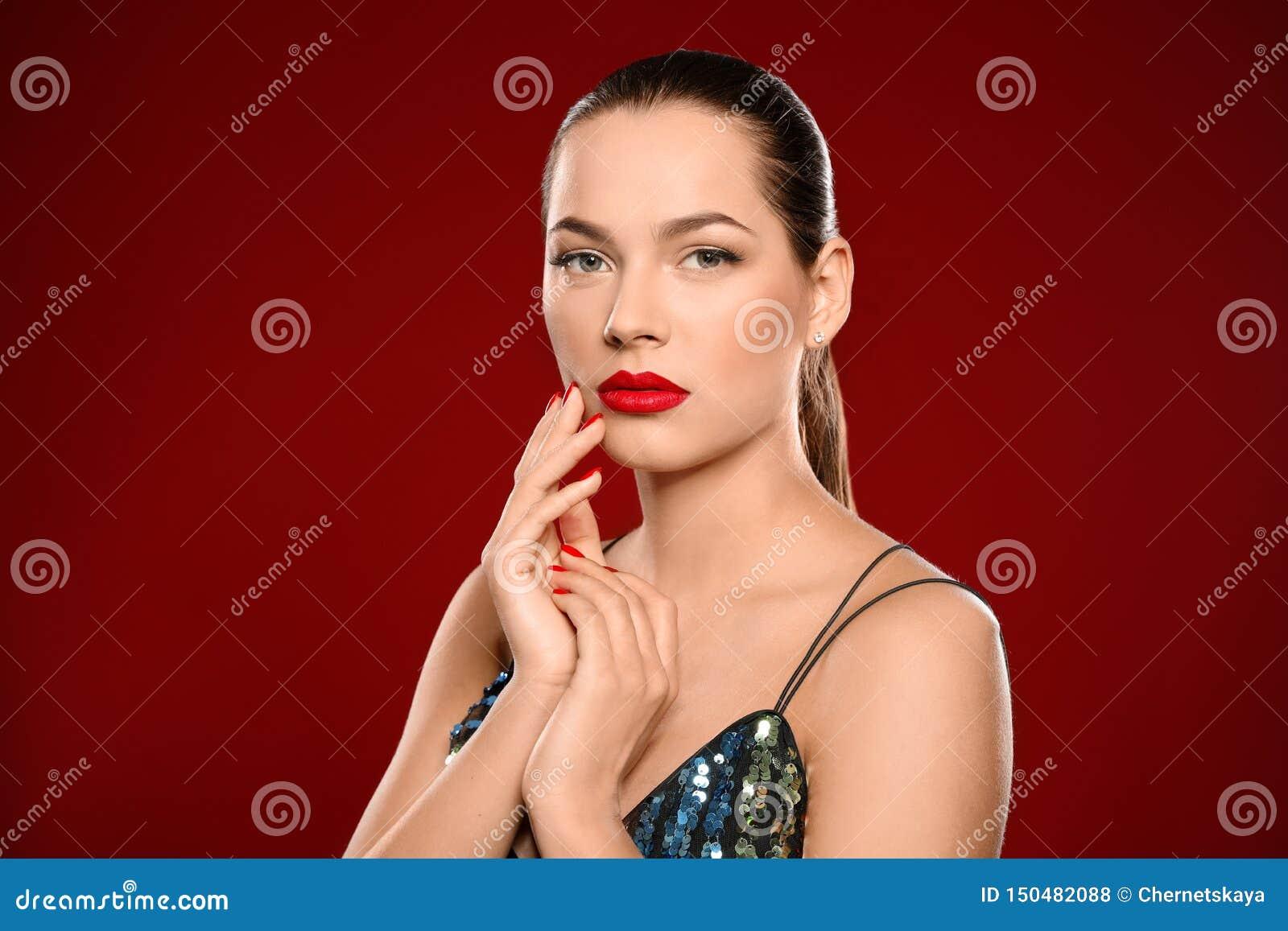 美丽的年轻女人画象有明亮的修指甲的 指甲油趋向