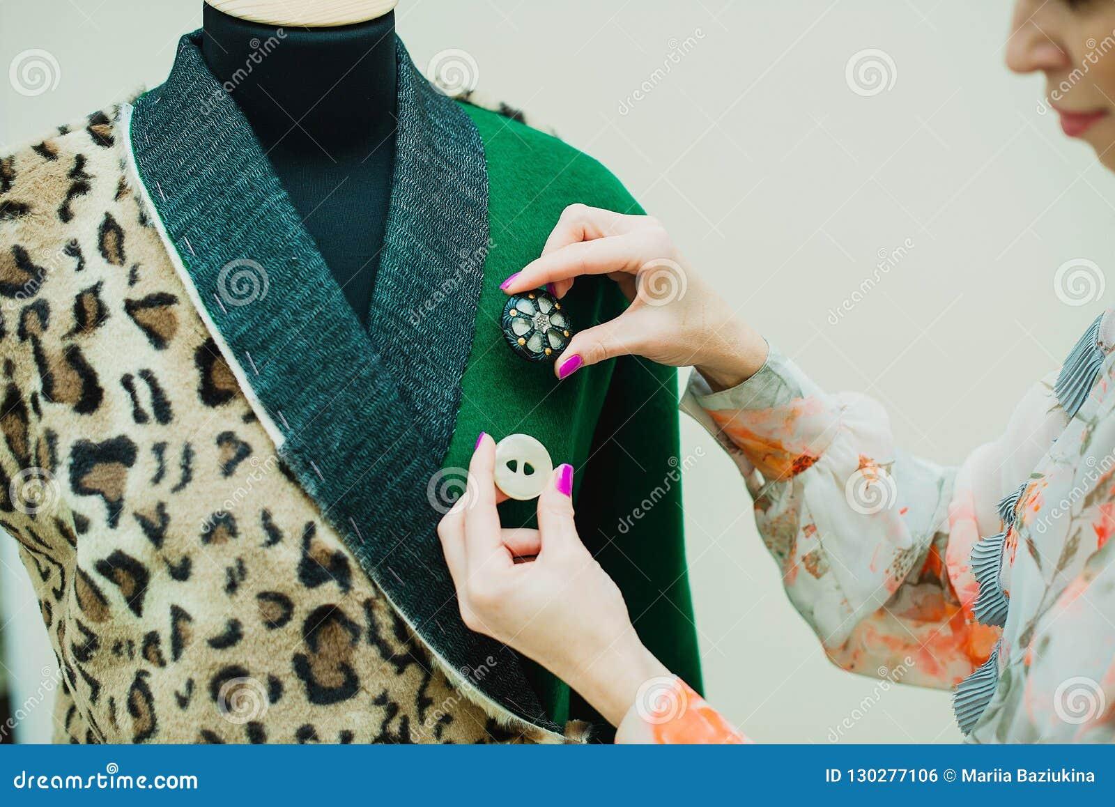 美丽的年轻女人缝合设计师外套 豹子印刷品外套和绿色