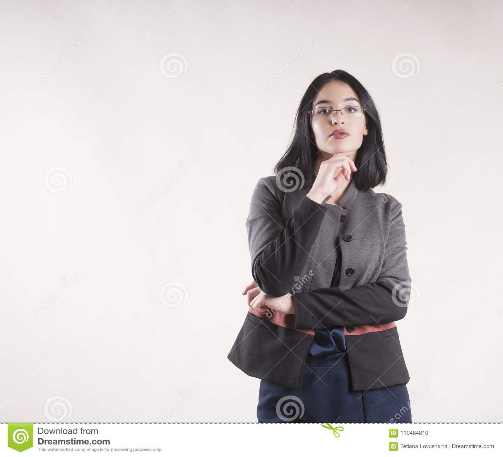 美丽的年轻女实业家专家确信深色严肃与玻璃演播室