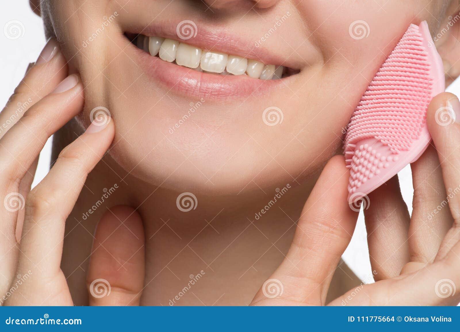 美丽的年轻女性式样微笑的和剥的面孔和鼻子w