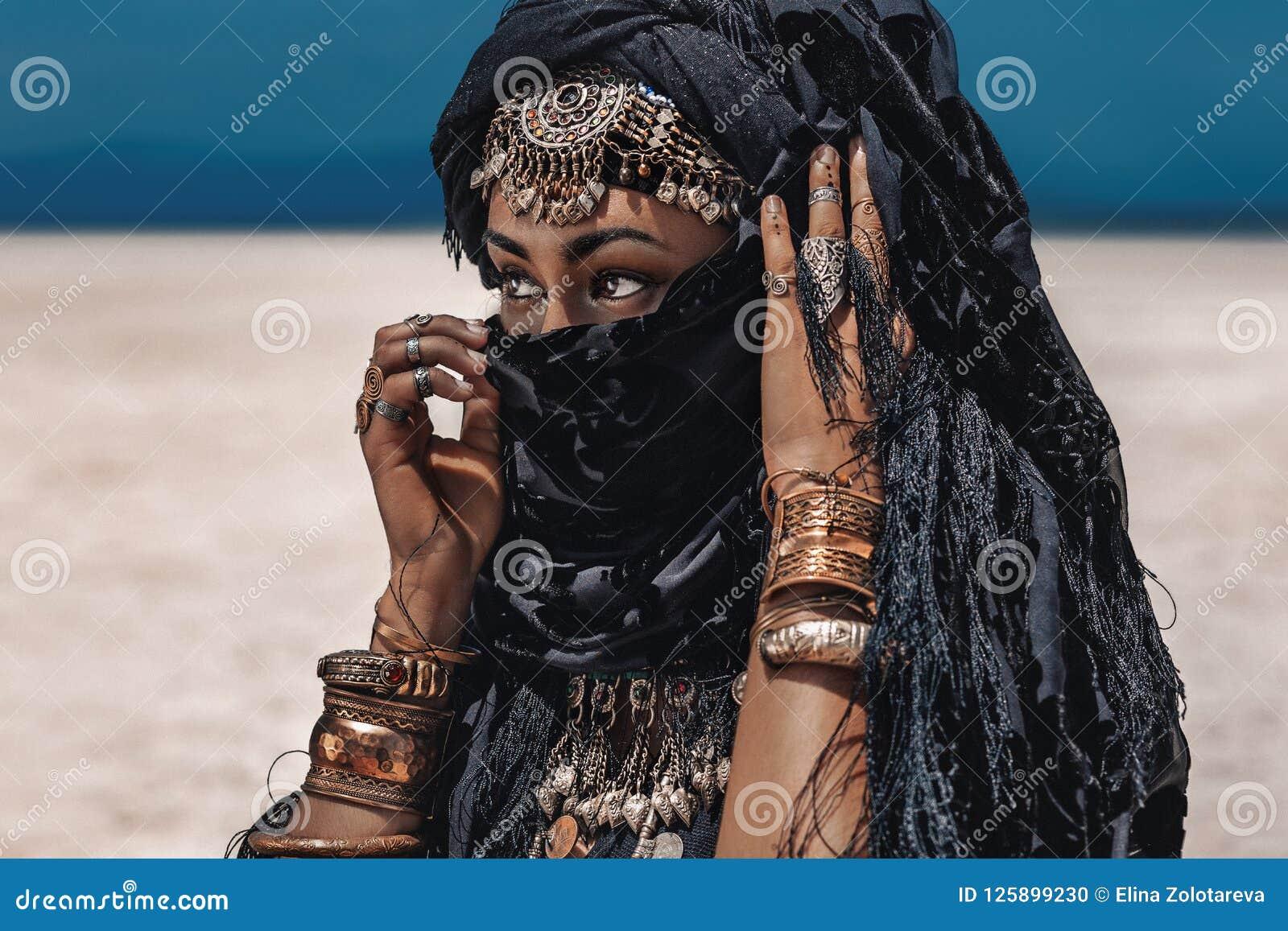 美丽的年轻时髦的部族舞蹈家 东方服装的妇女
